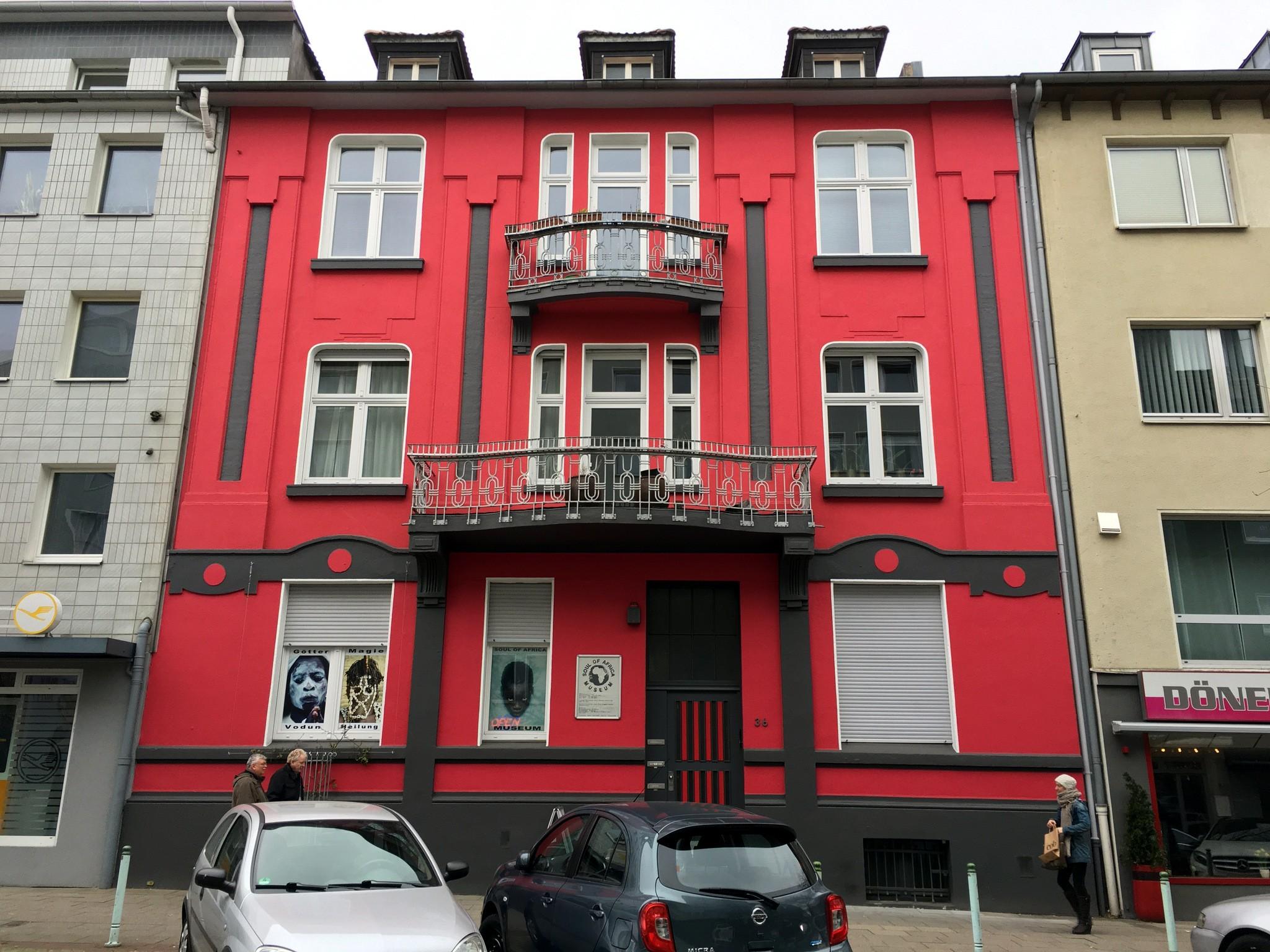 Mitten in Essen: hinter der roten Fassade im Erdgeschoss ist das Museum.