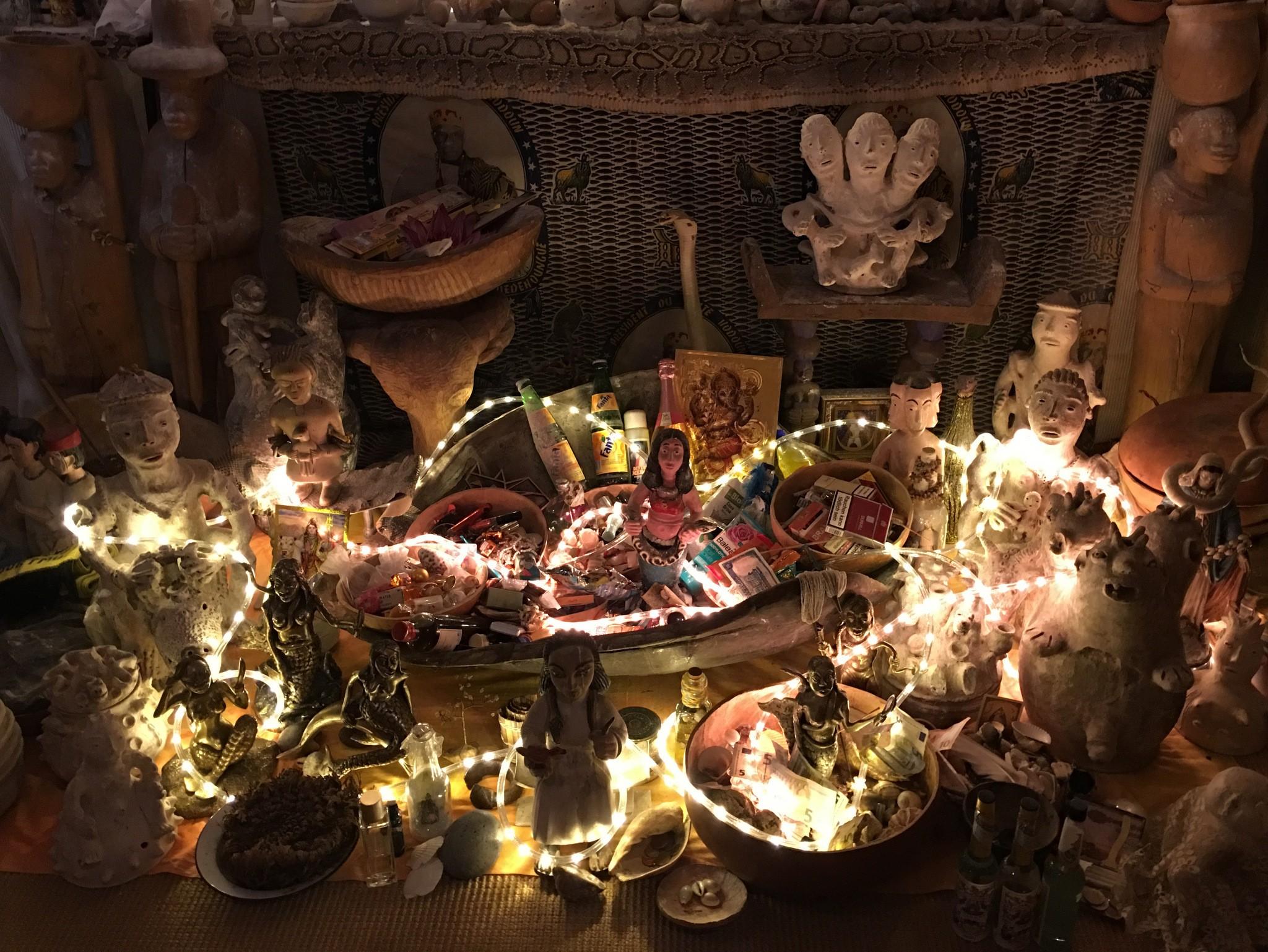 Die aktuellen Opfergaben am Mami Wata Altar.