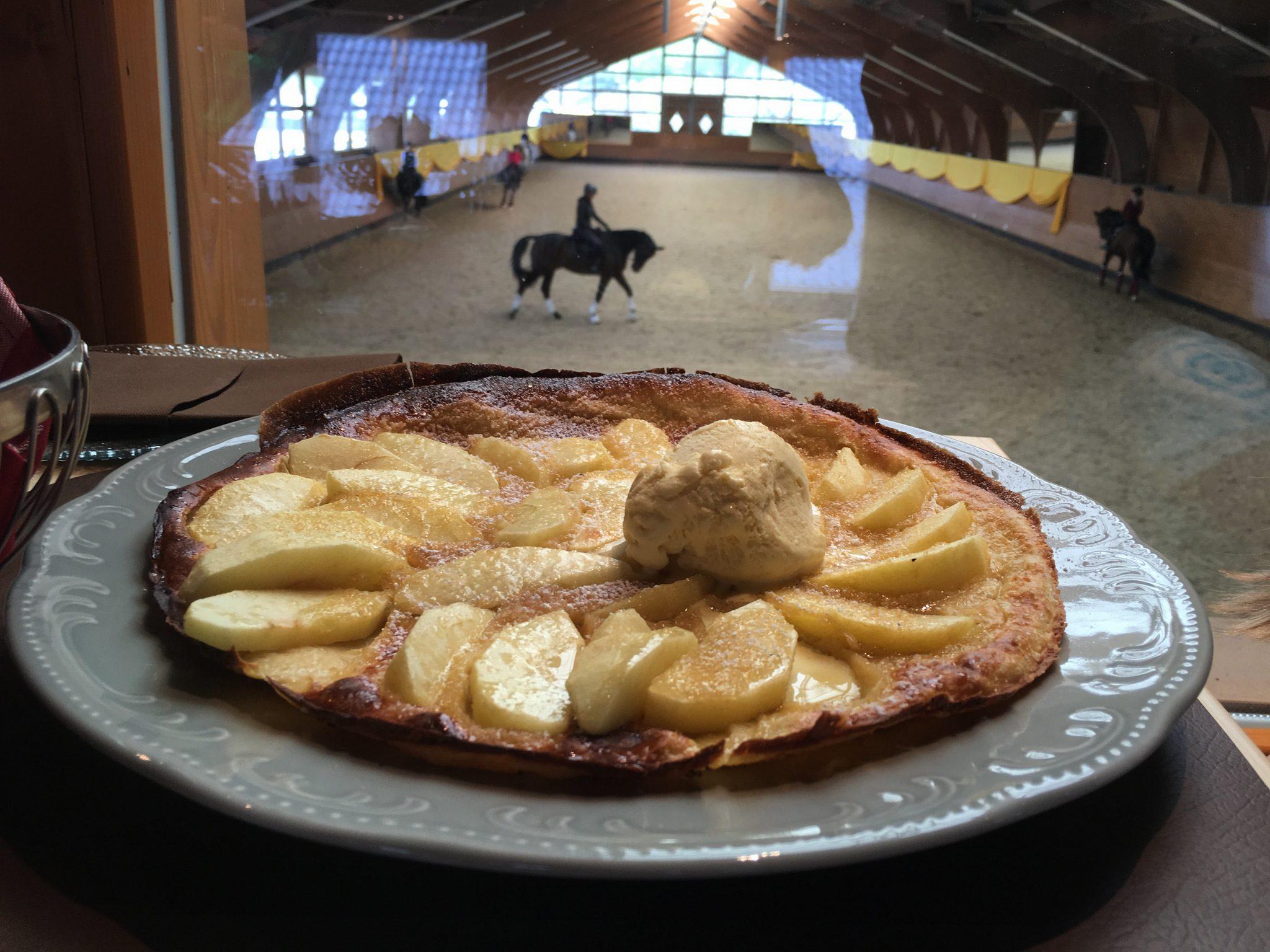 Apfelpfannkuchen mit Eis.