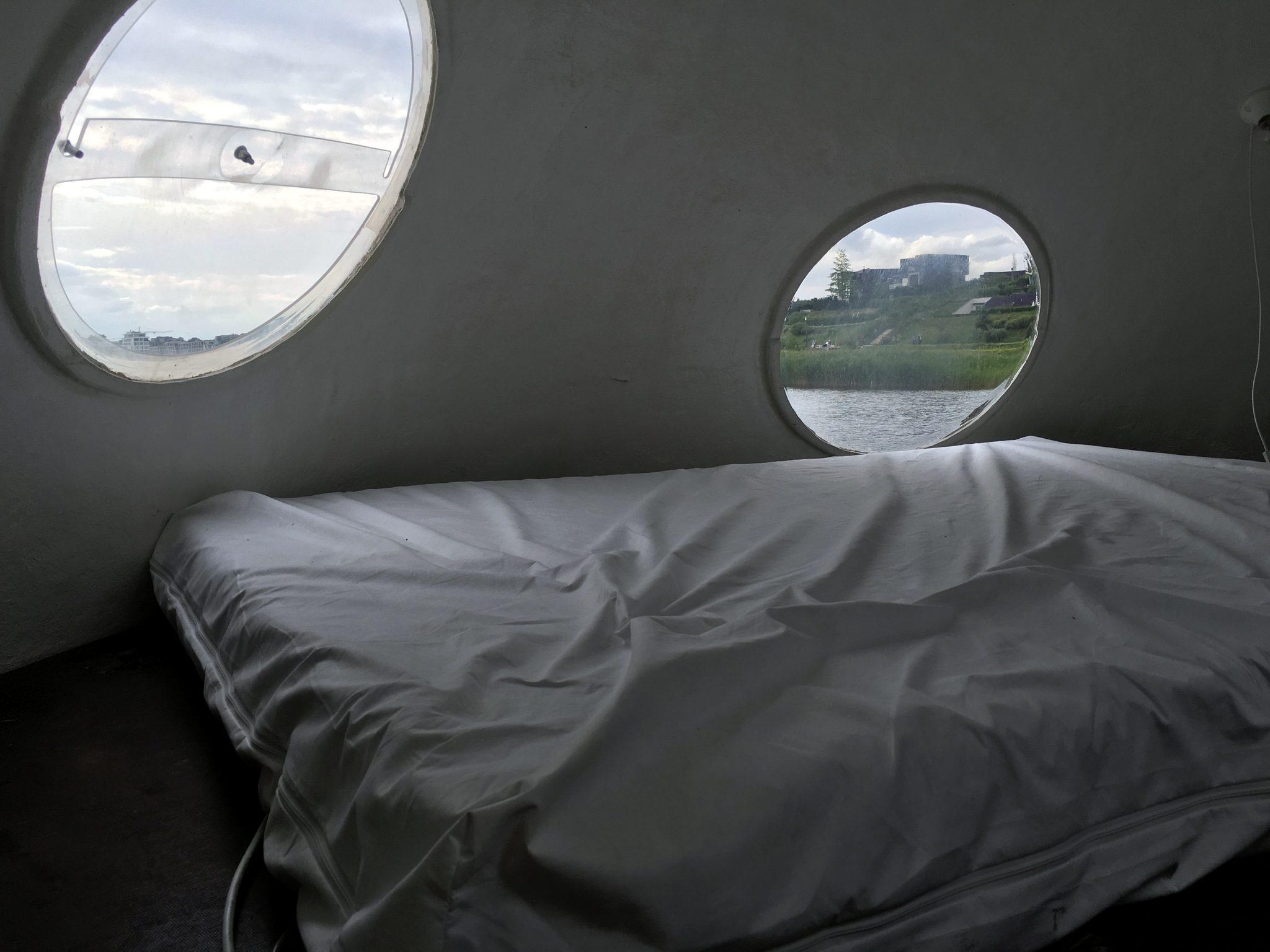 Ein Bett im Kunstobjekt.