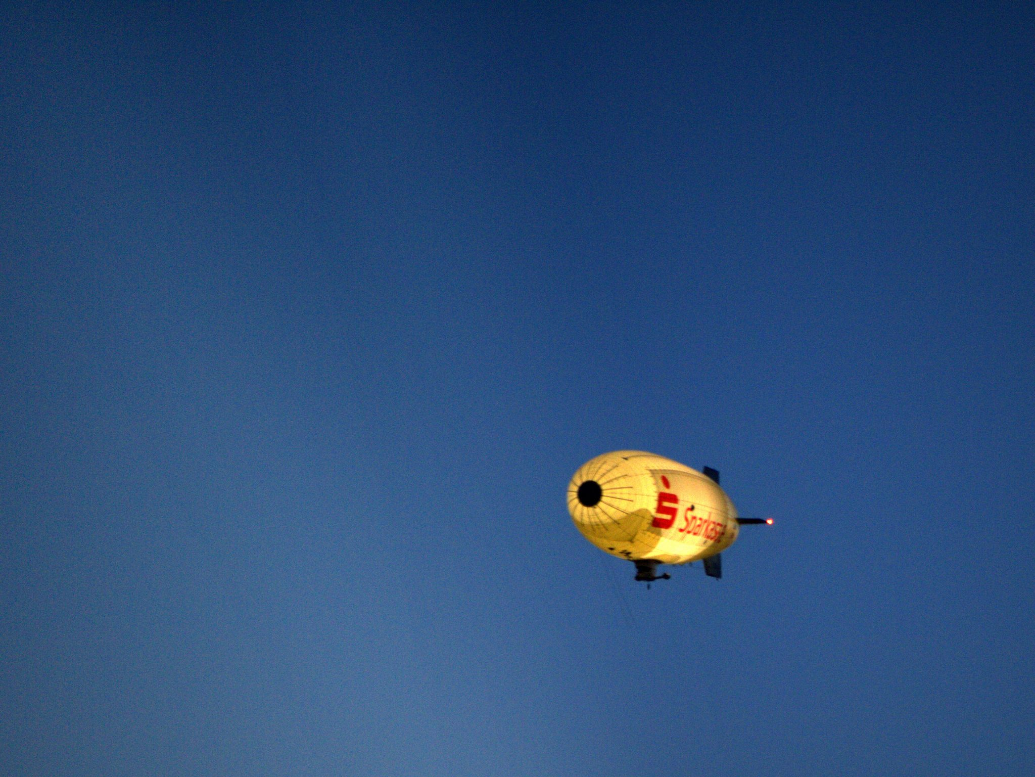 Blimp Theo mit Beleuchtung,