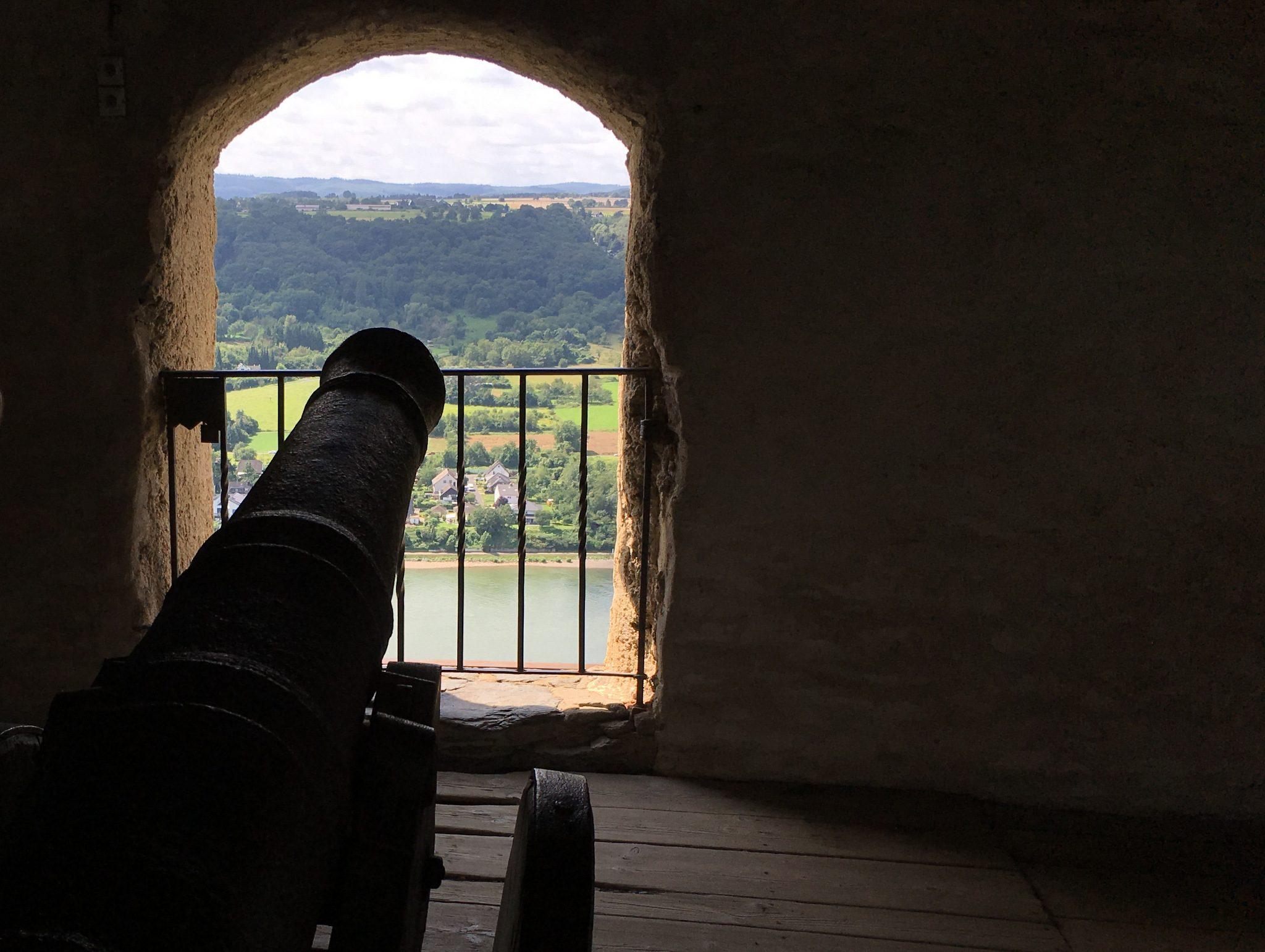 Wehrhafter Blick auf den Rhein.