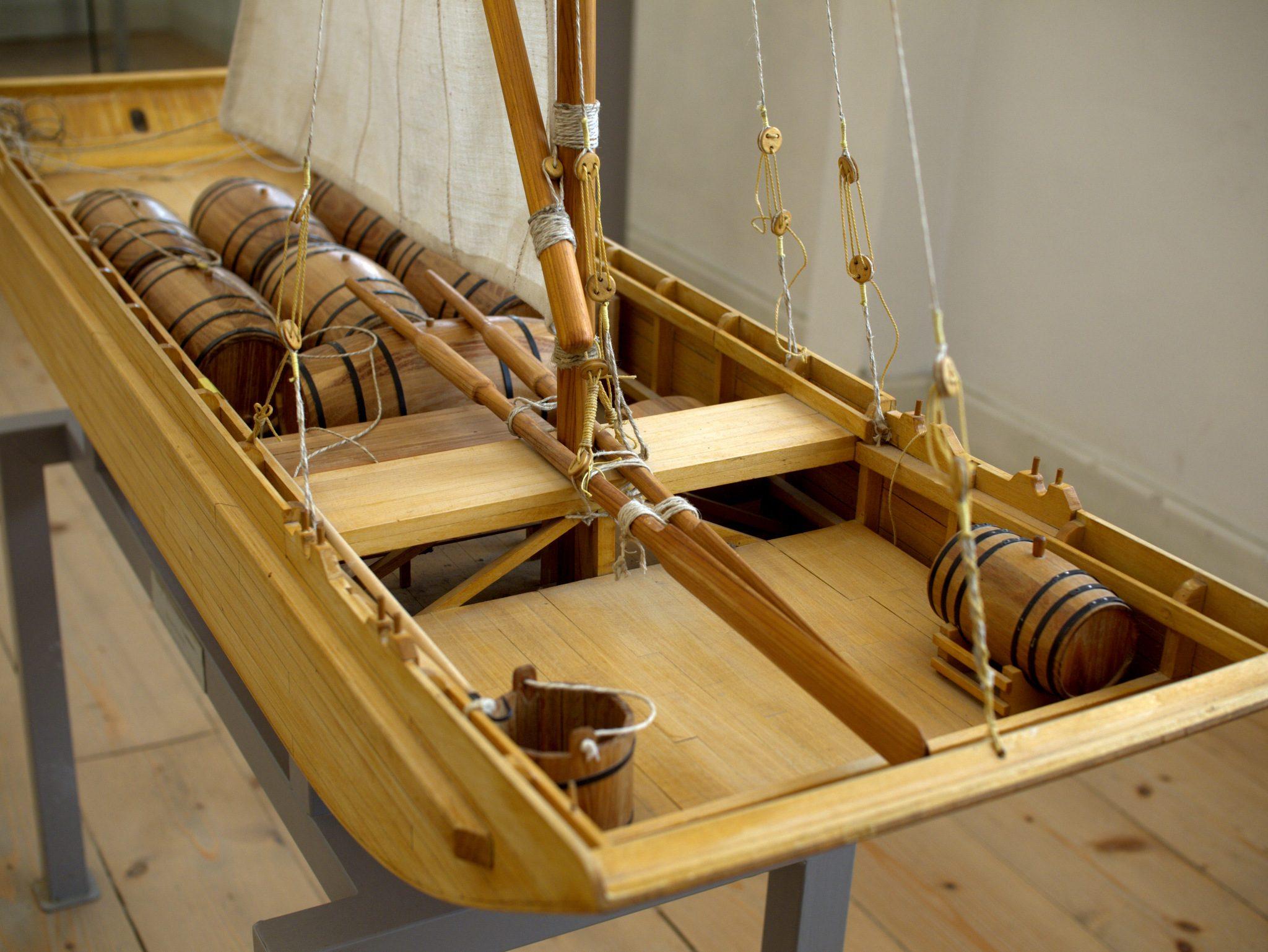 Das Modell eines Weinschiffs, mit dem der Klosterwein früher den Rhein langgeschippert wurde.