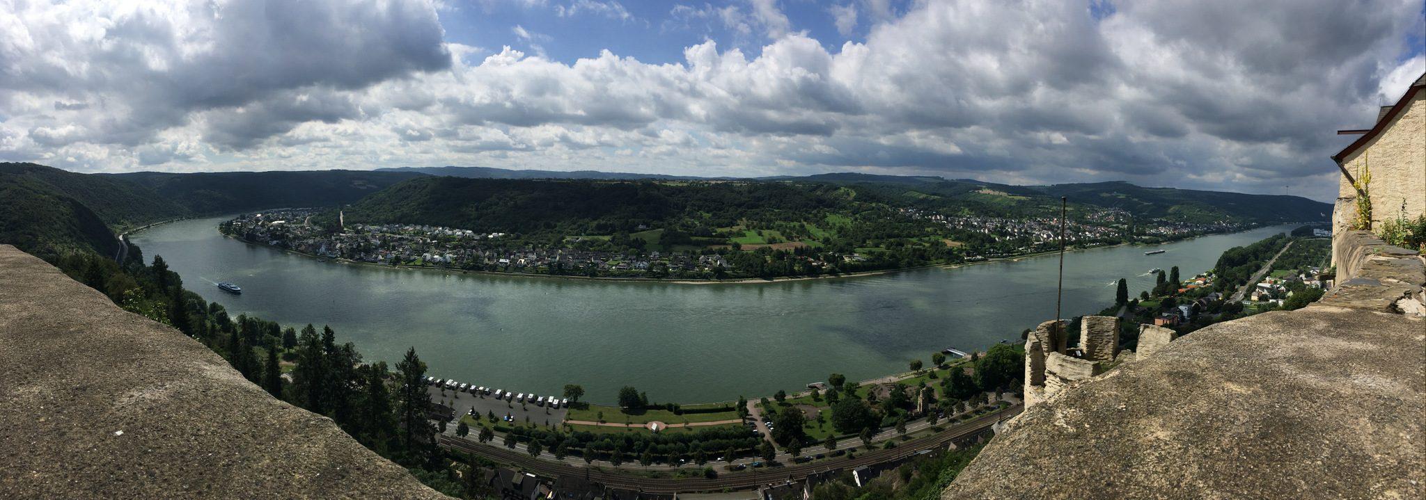 Blick vom Kräutergarten auf den Rhein.