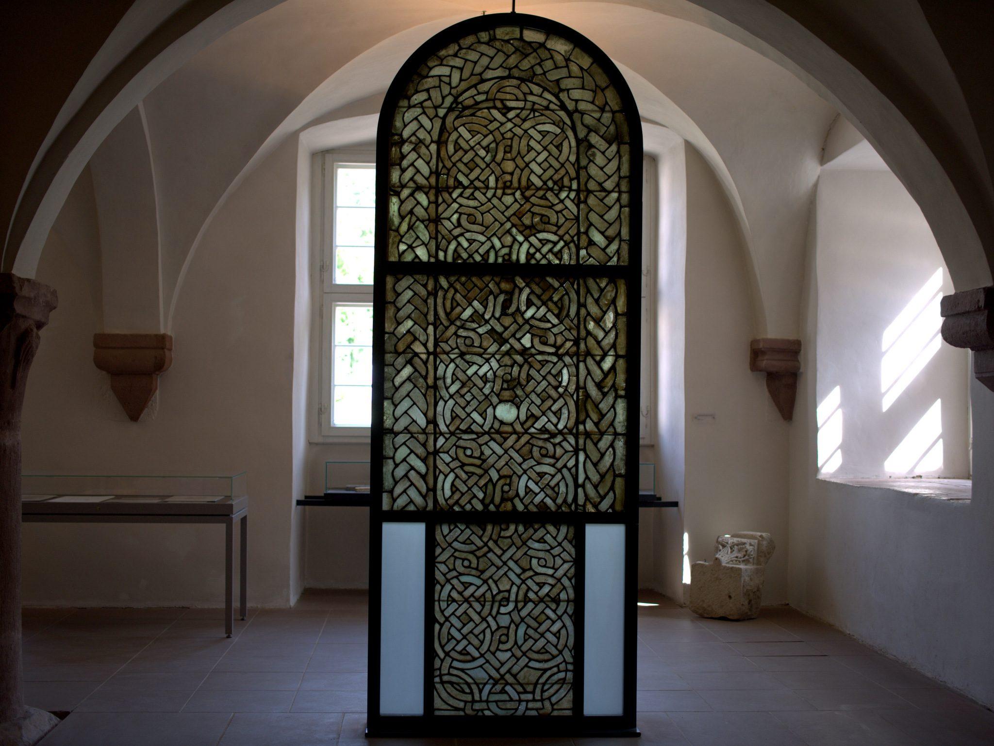 Ein Flechtbandfenster (Grisaille) von 1180. Es verzichtet explizit auf Farben und Figuren.