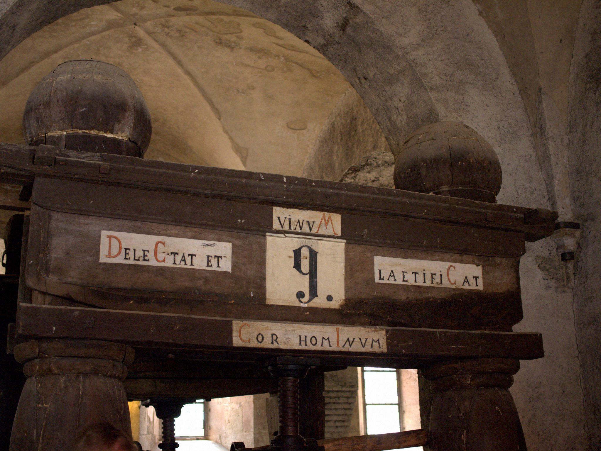 Die roten Buchstaben stellen das Baujahr dieser Kelter mit römischen Ziffern dar. Wer errät's?