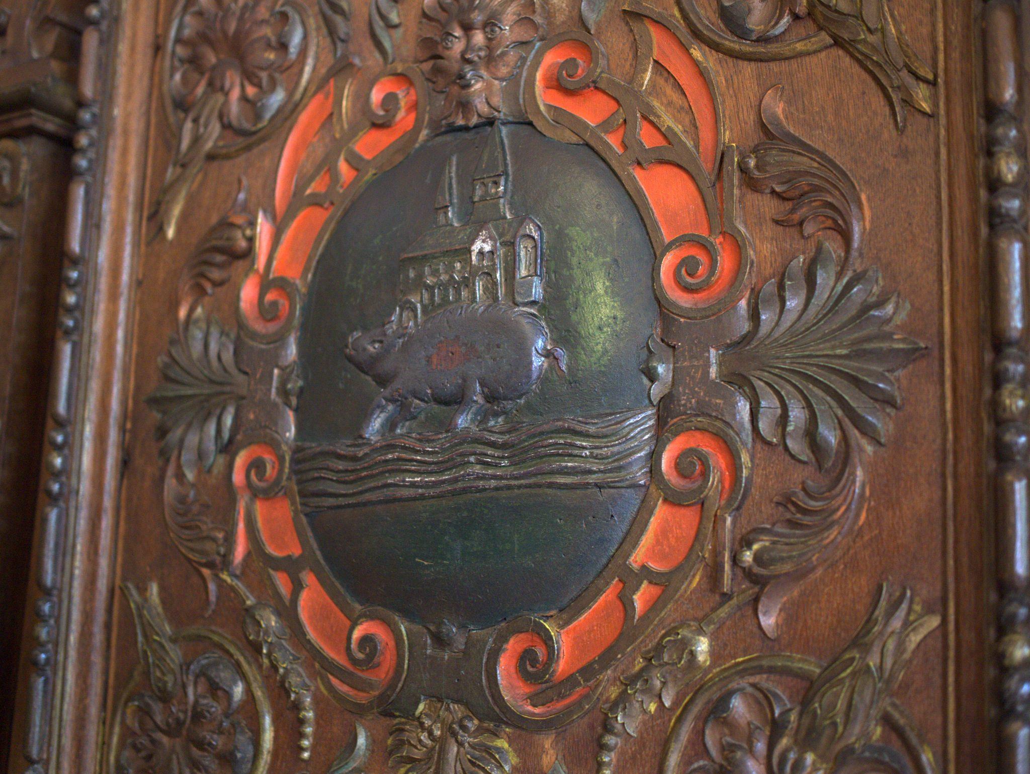 """Sprechendes Wappen: """"Kloster-auf-Eber-an-Bach"""" = Kloster Eberbach."""