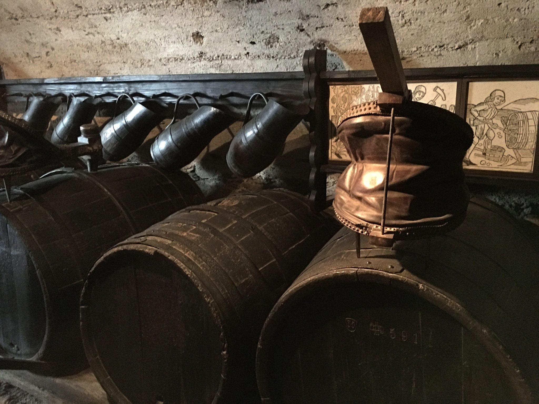 Im Weinkeller. Die Pumpen sind auf den Fässen zum Umfüllen in ein anderes Fass, um die Hefe vom Wein zu trennen.