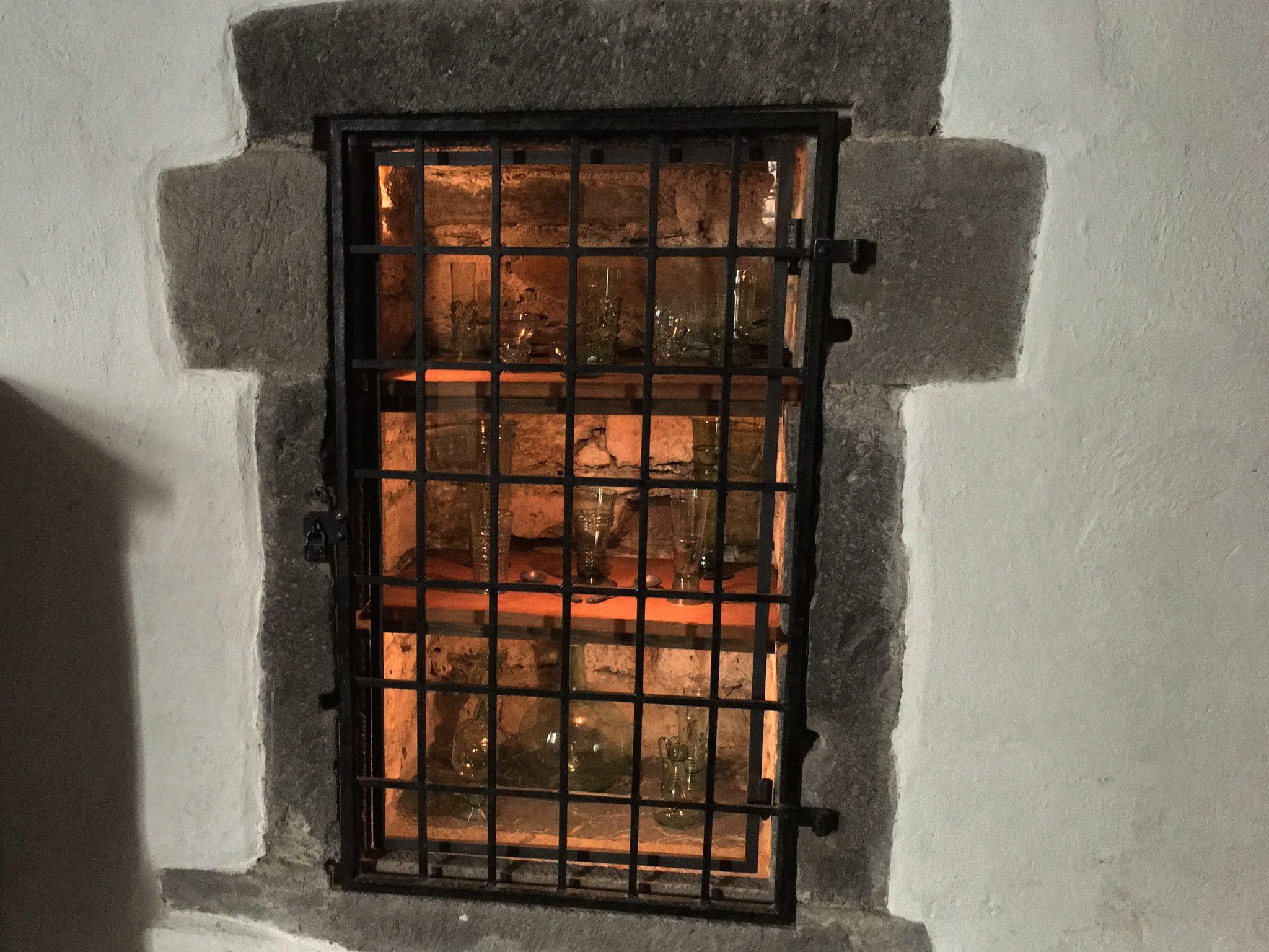 Glas gab's erst später. Und dann war es kostbar, daher symbolisch hinter Gittern.