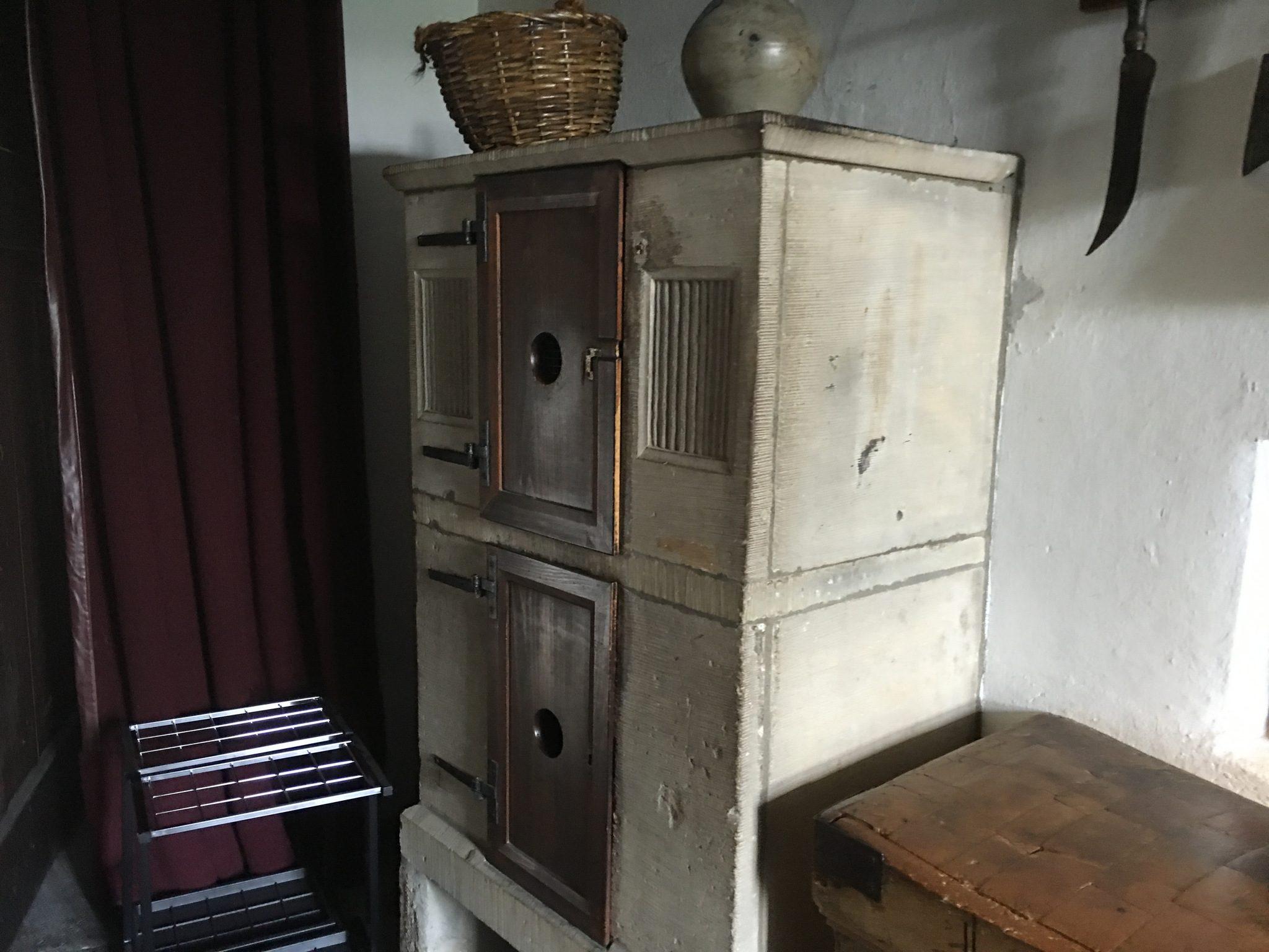 Ein Eisschrank, Vorläufer des modernen Kühlschranks. Oben Eis rein, unten zu kühlende Speisen.