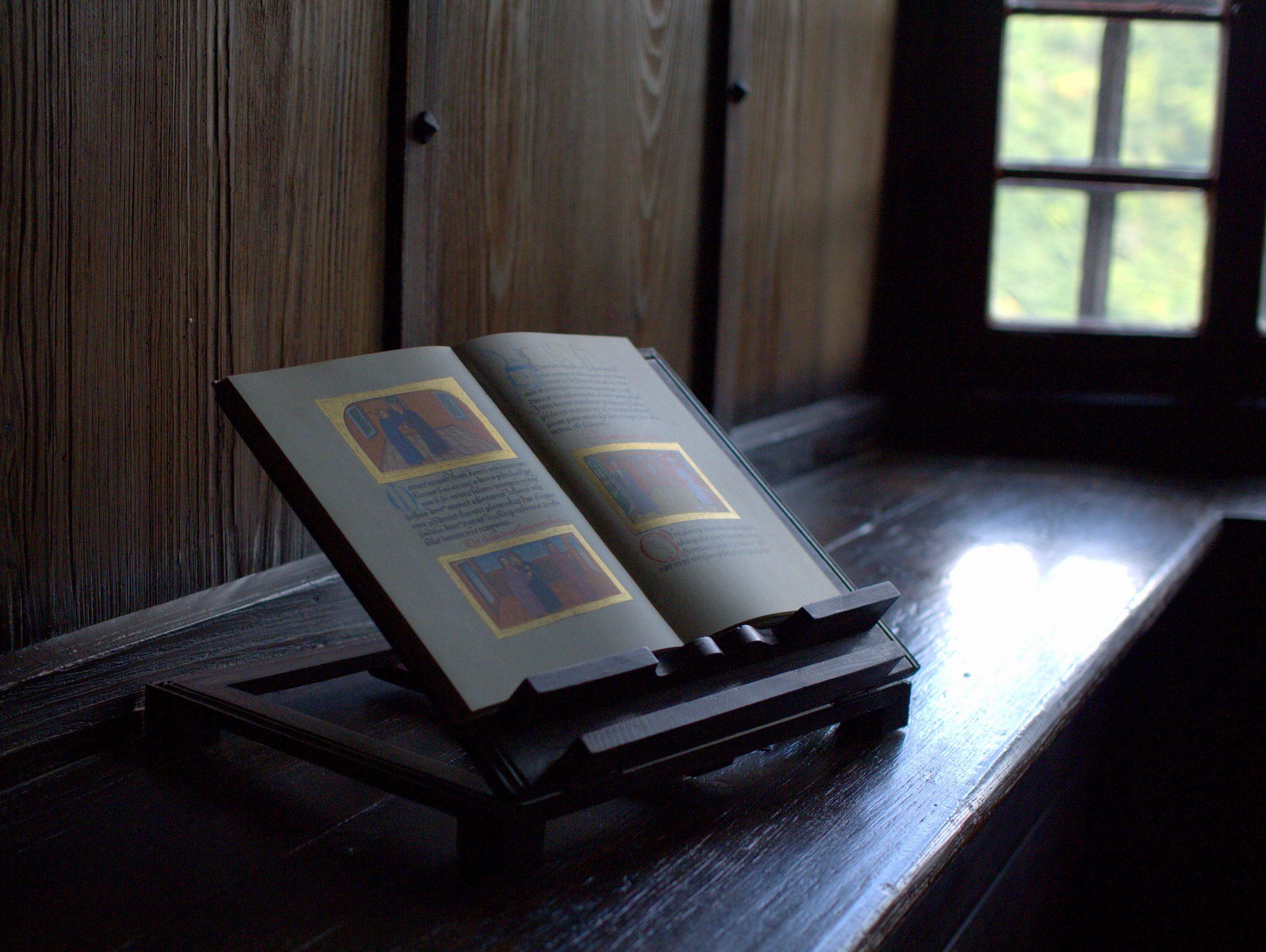Fensterbank, hier mit Buch.