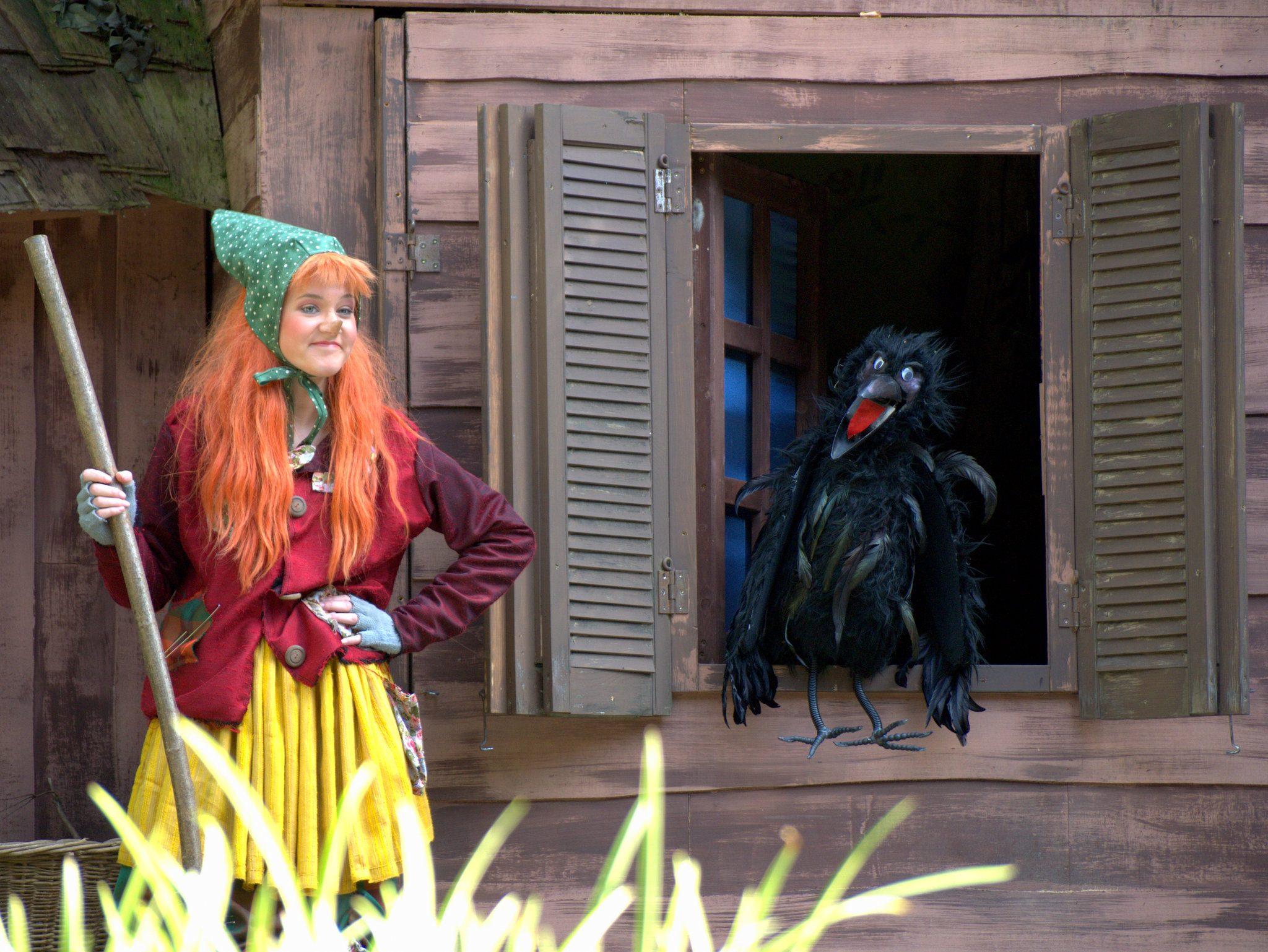 Die kleine Hexe mit ihrem Raben Abraxas.