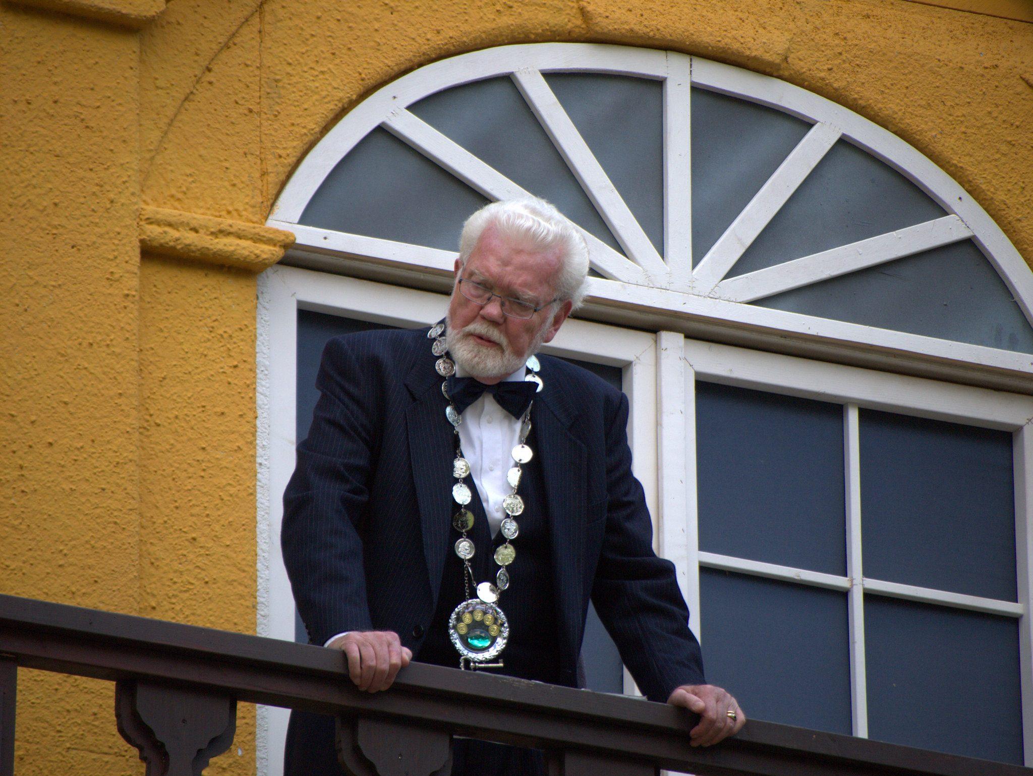 Der Bürgermeister eröffnet vom Balkon.