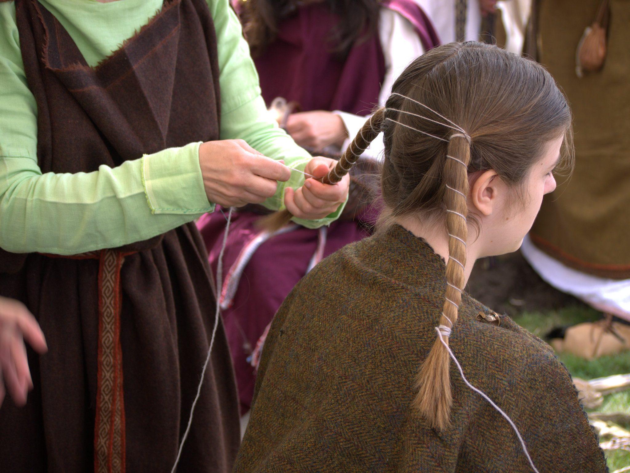 Hier wird eine germanische Frisur geflochten.
