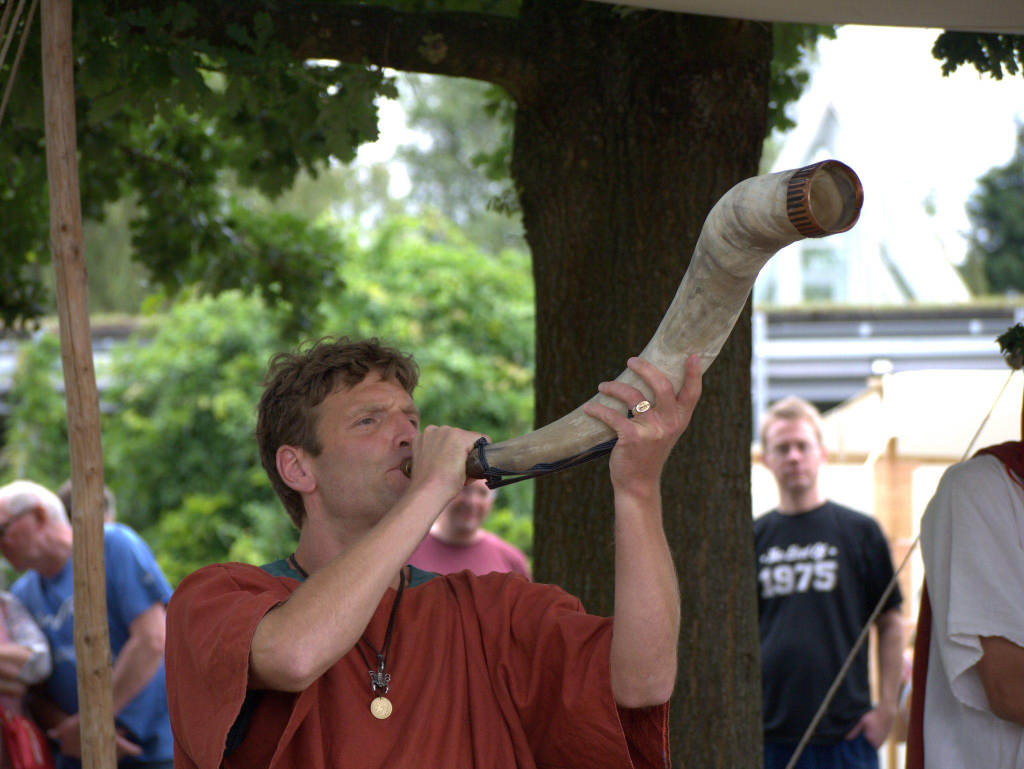 Gespielt werden die Instrument auch, ob auf dem Büffelhorn...