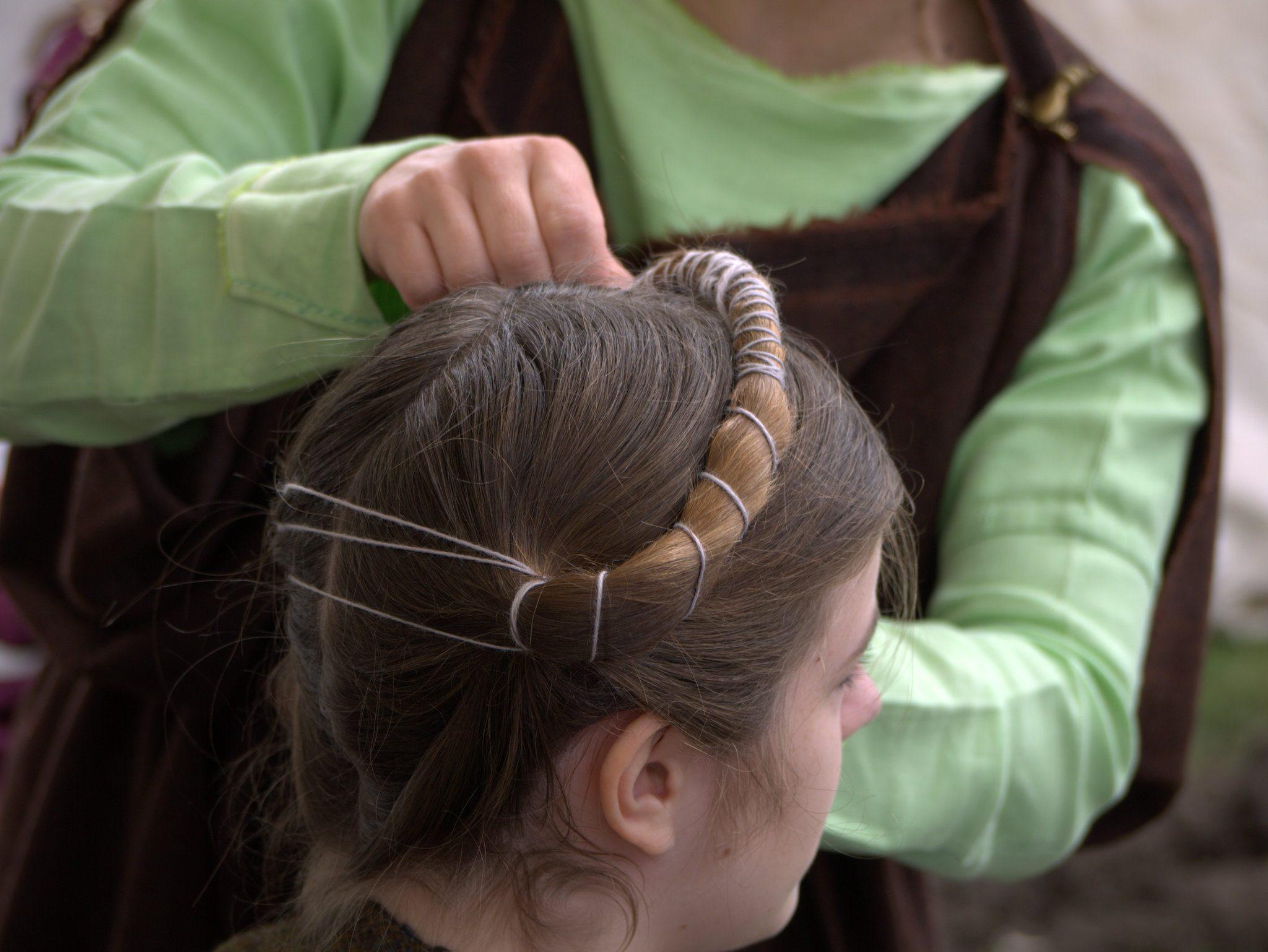 Diese Frisur ist durch drei Moorfunde belegt.