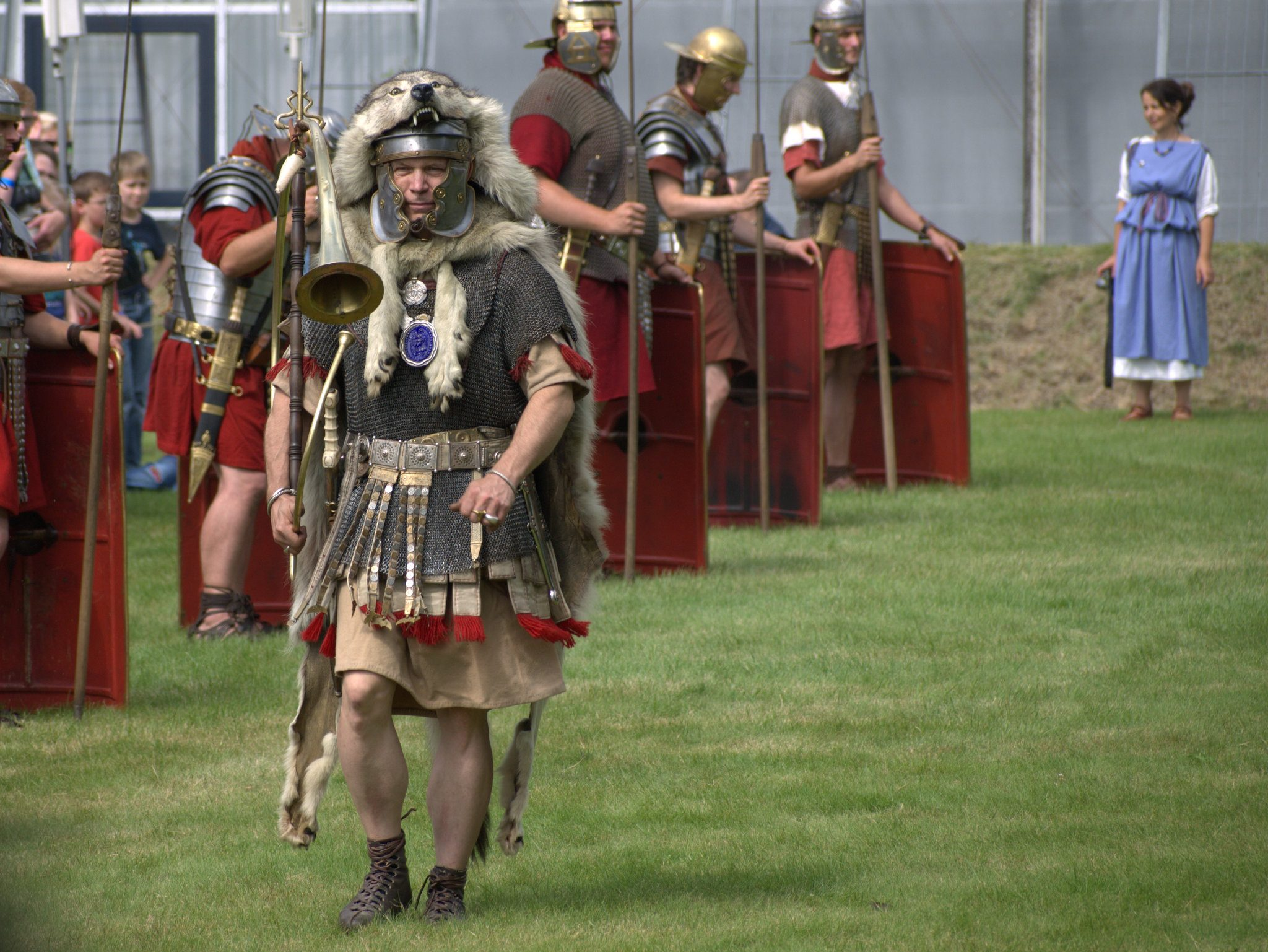 Der Römer hier hat die Tröte so schräg geblasen, wie ihr das aus Asterix-Filmen kennt.