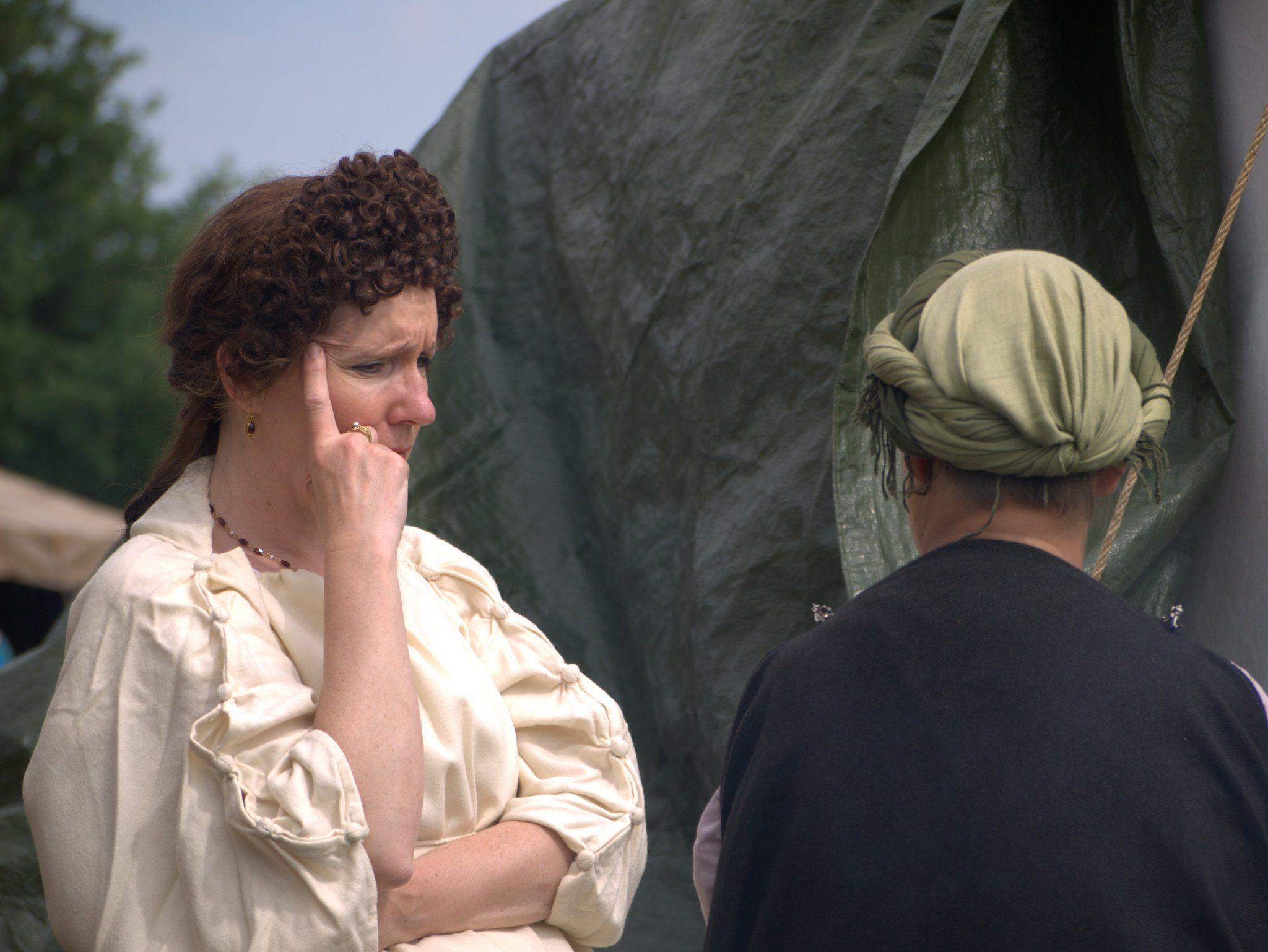 Links: eine Dame von Stand. Die Haarlocken sind übrigens ihre eigenen, aufwändig mit Onduliereisen entstanden.