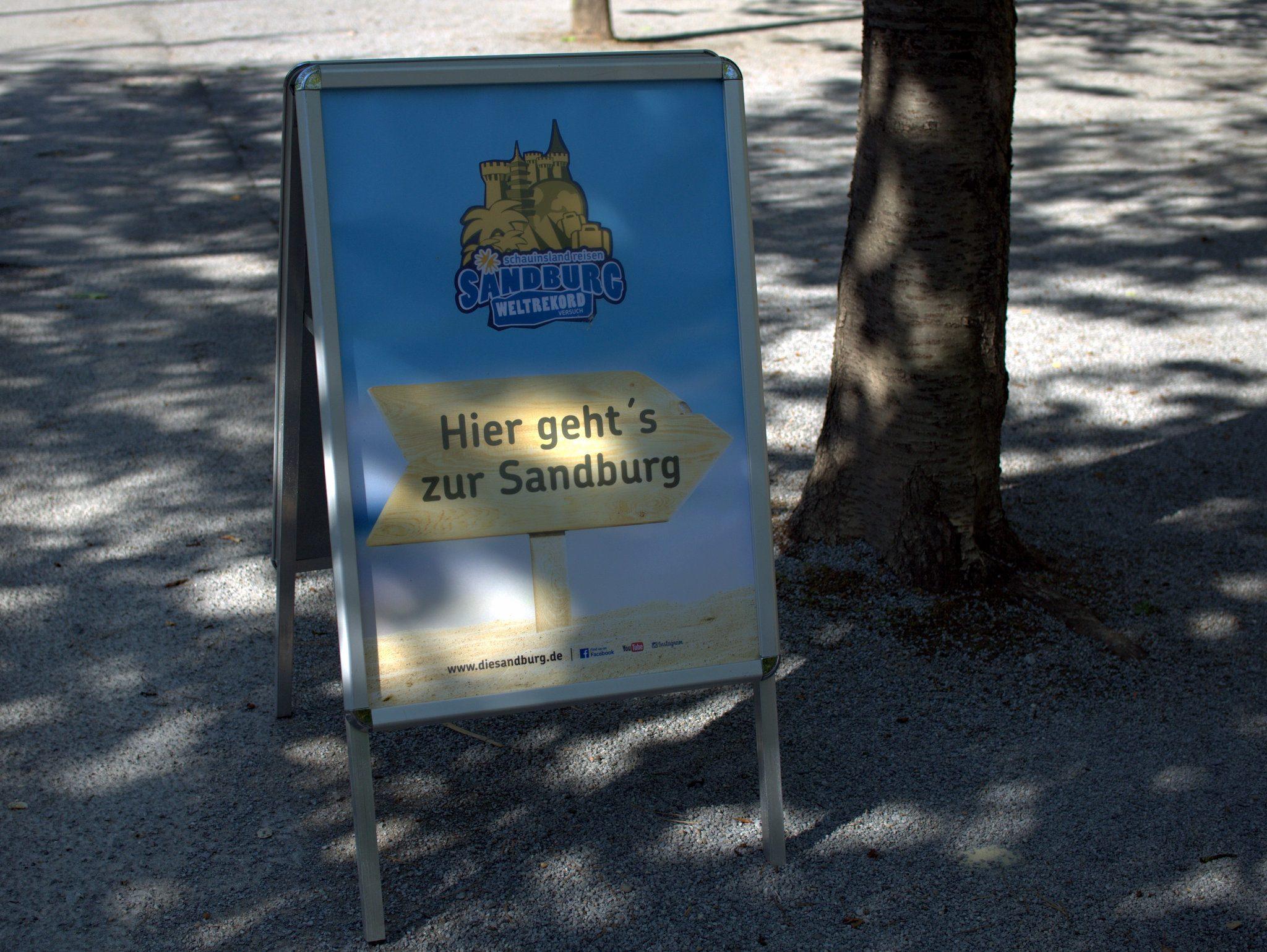 Gut ausgeschildert der Weg vom Parkplatz zur Sandburg.