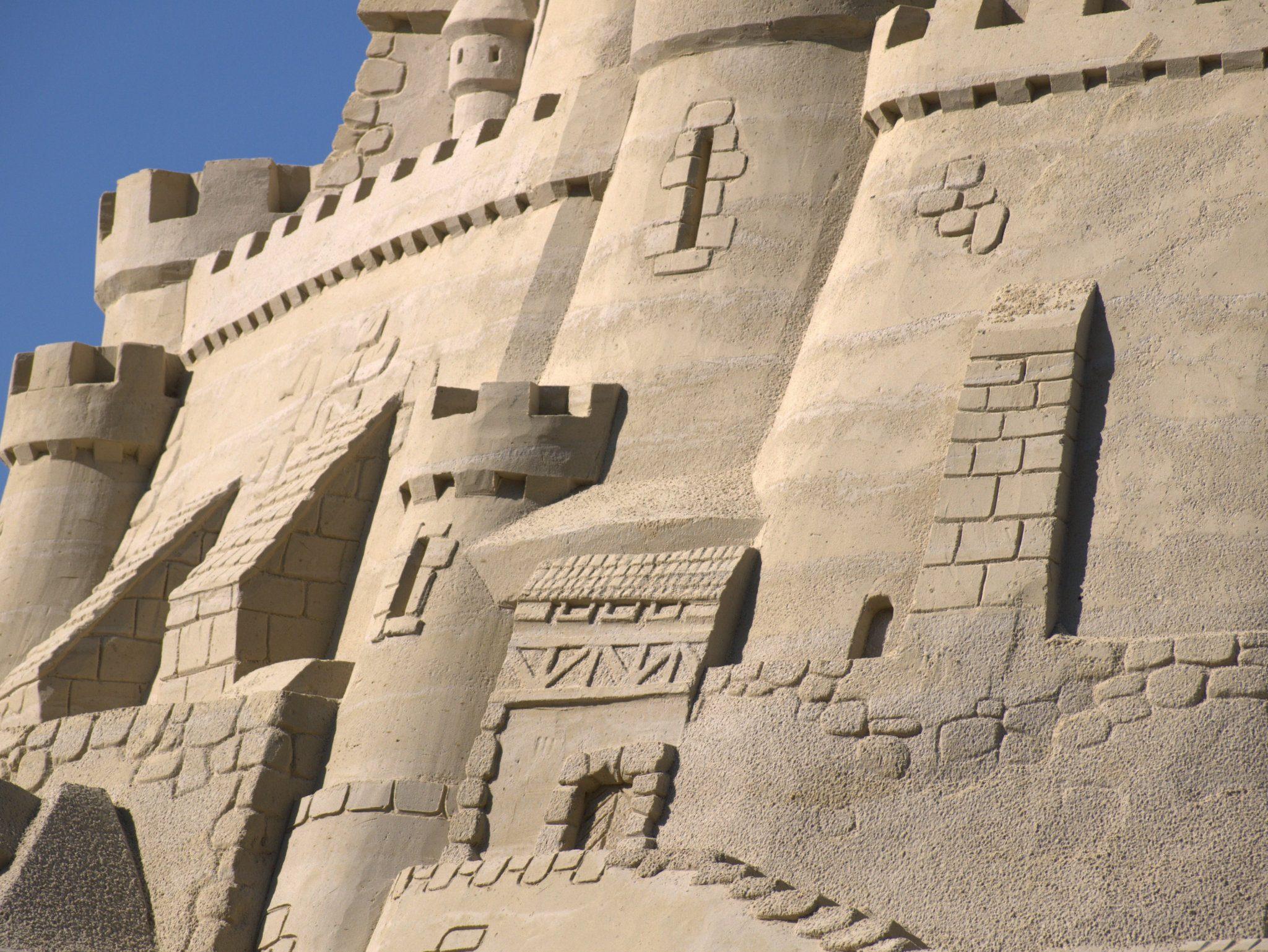 Türme und Anbauten schmiegen sich an die Burgmauer.