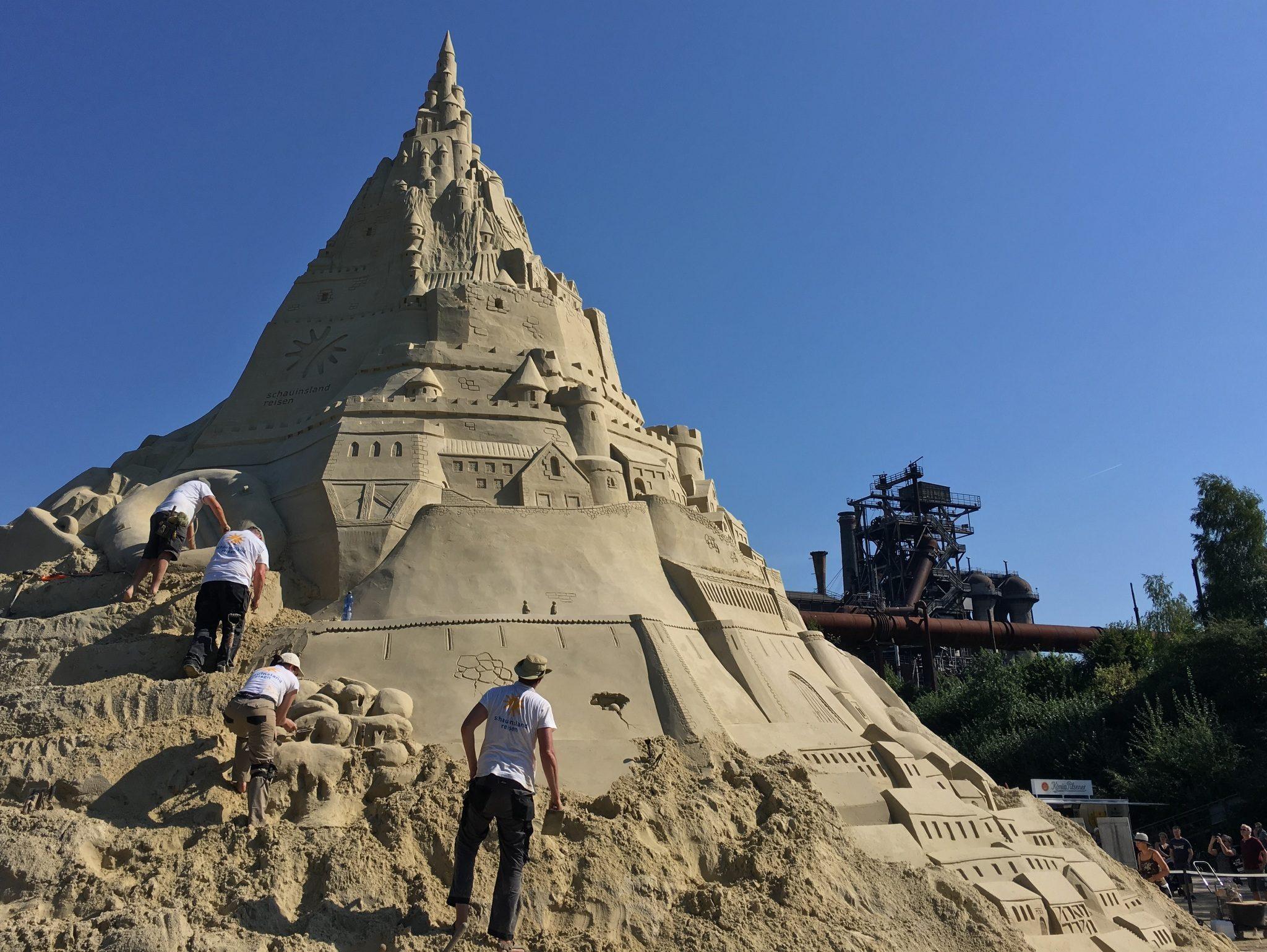 Die welthöchste Sandburg: 14m wird sie messen, wenn sie fertig ist.