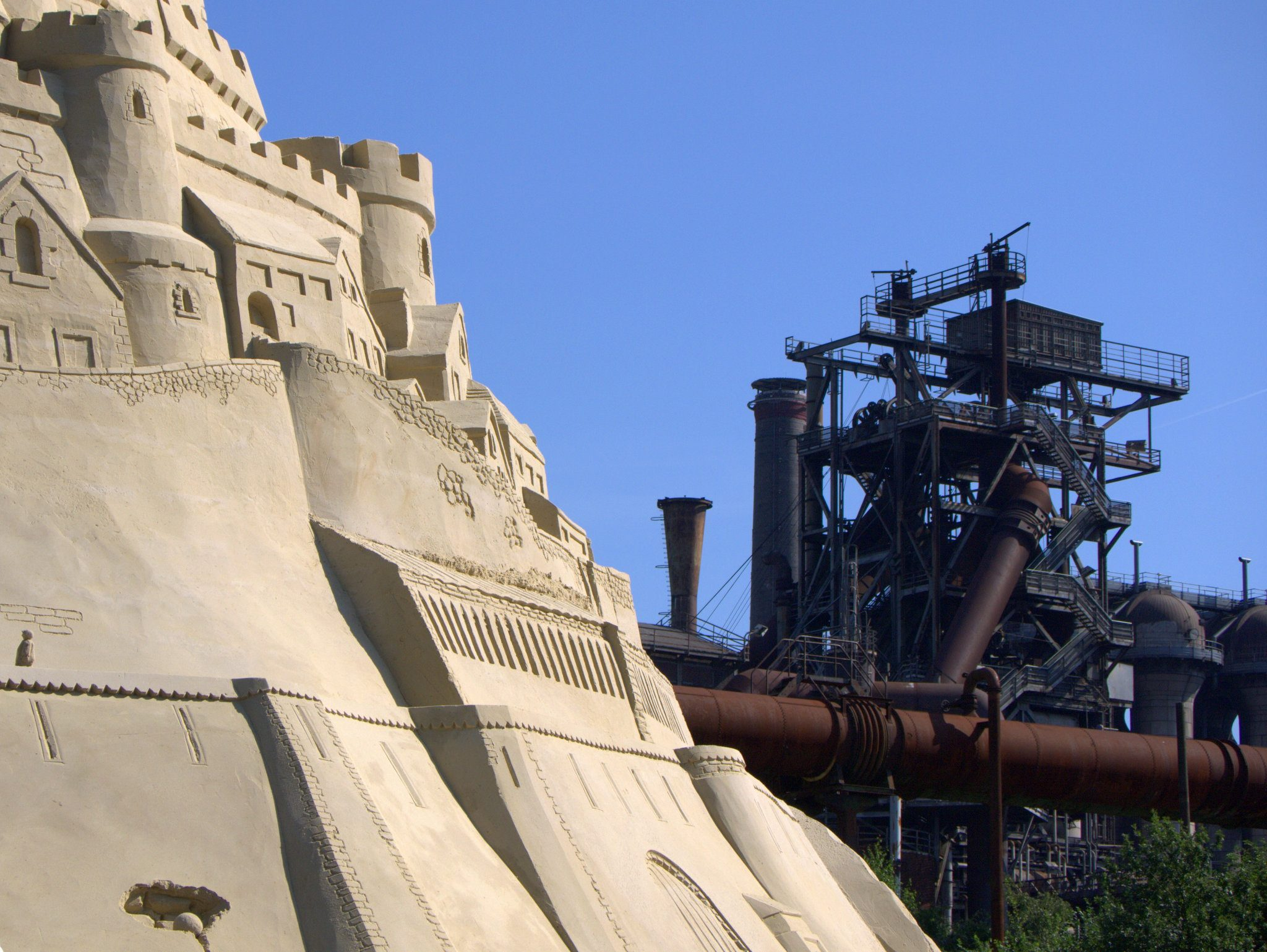 Die Burg wächst mitten in der Industriekultur des Ruhrgebiets.