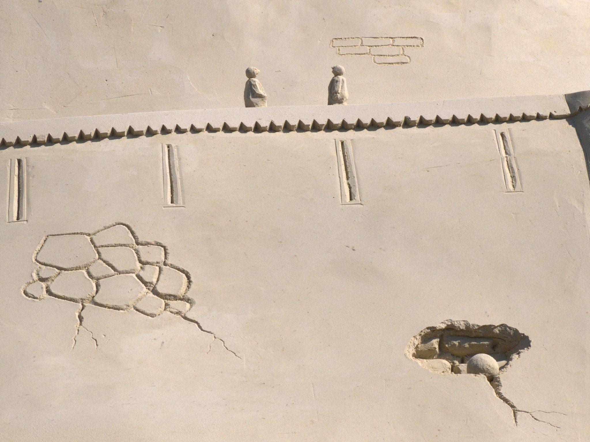 Eine Kanonenkugel hat die Mauer getroffen!