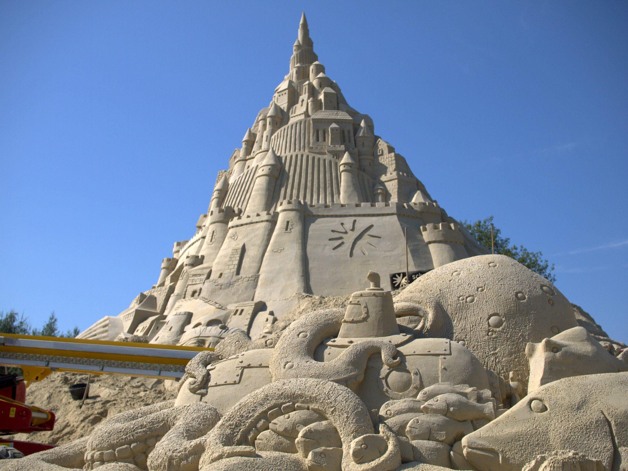 Blick mit Arrangement am Fuße der Burg.