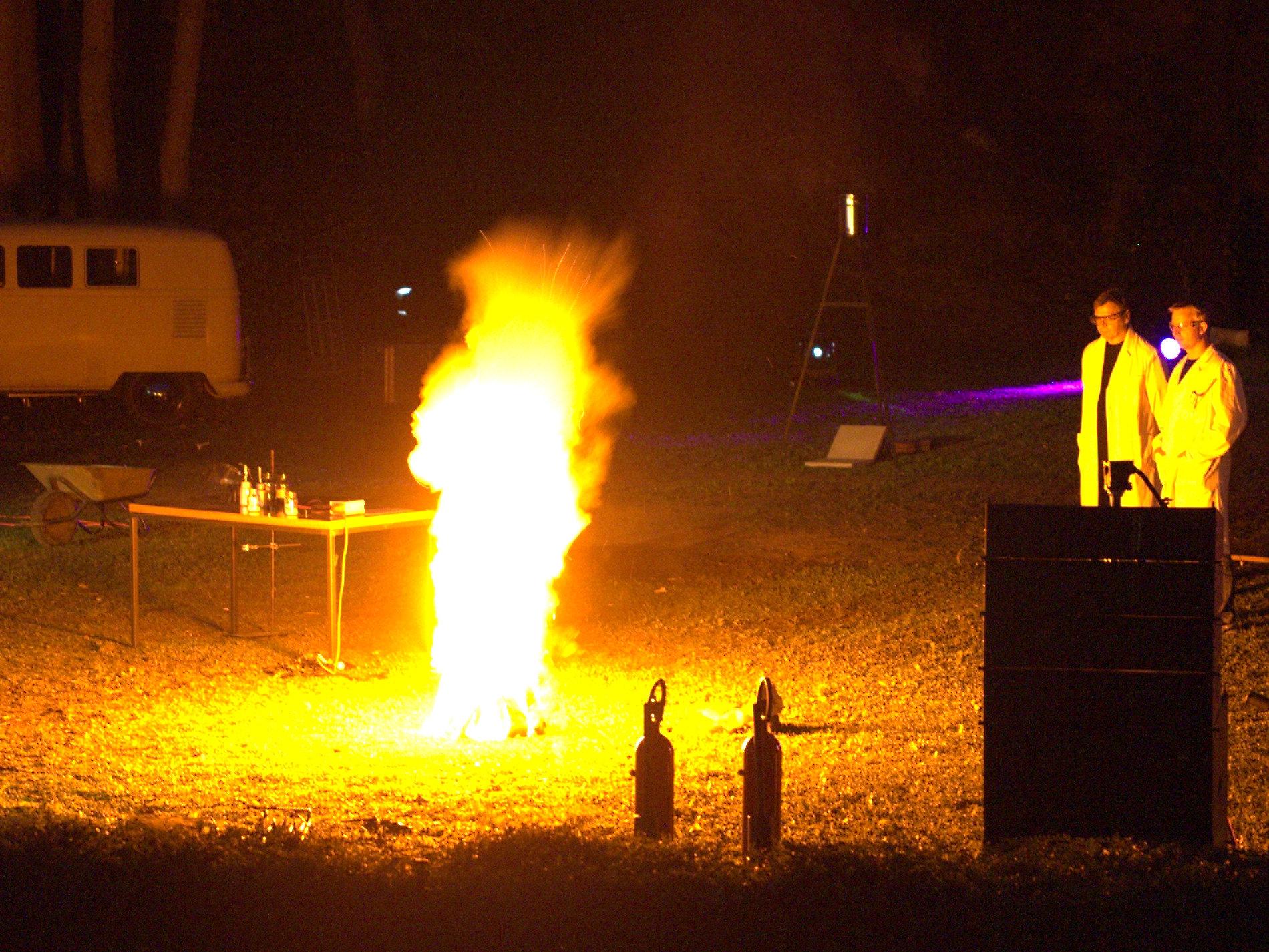 Einige Farbspielereien mit dem Feuer - je nachdem, welche Chemie reingekippt wird.