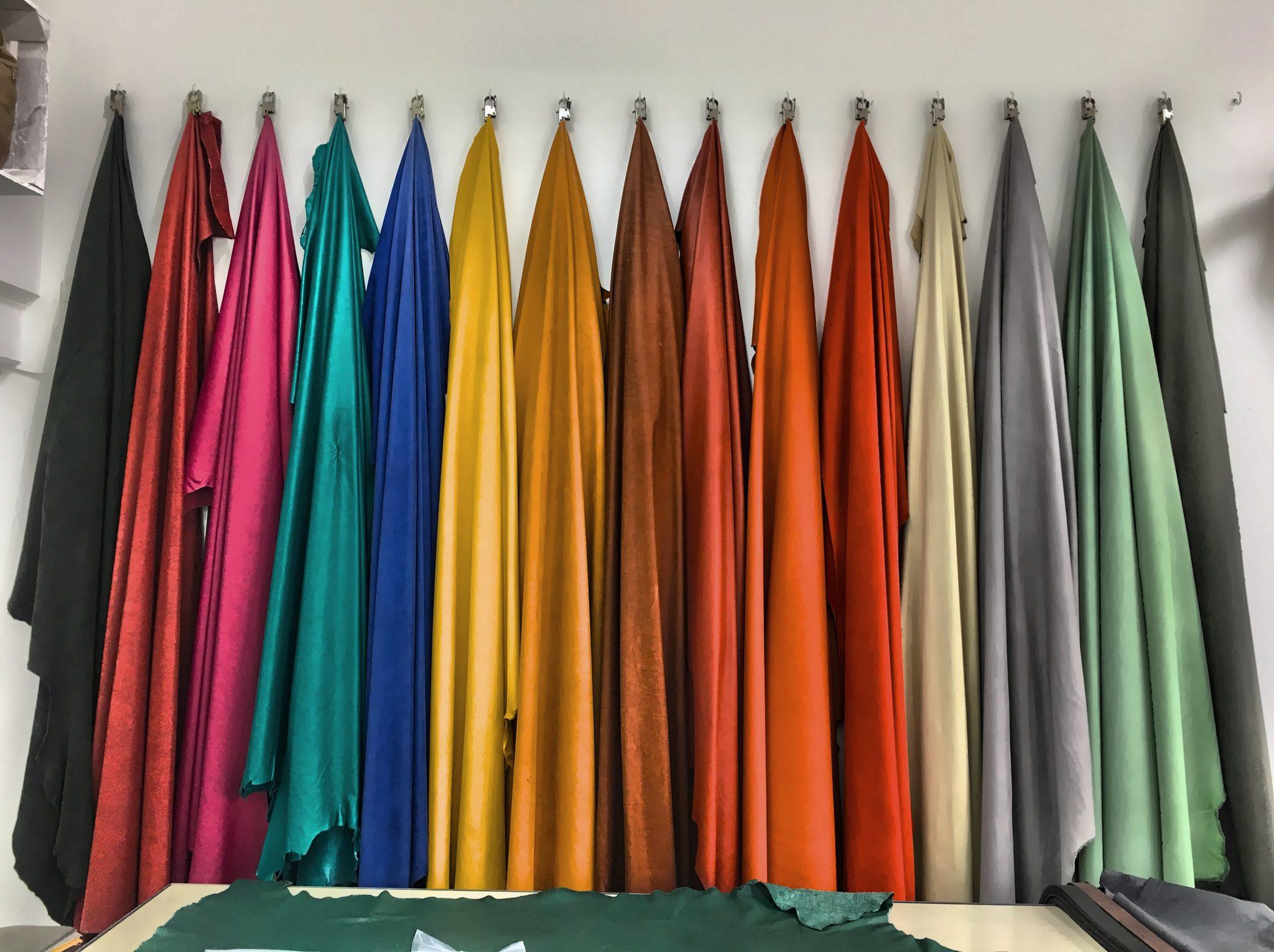 Tolle Farben an der Wand - alles Leder!