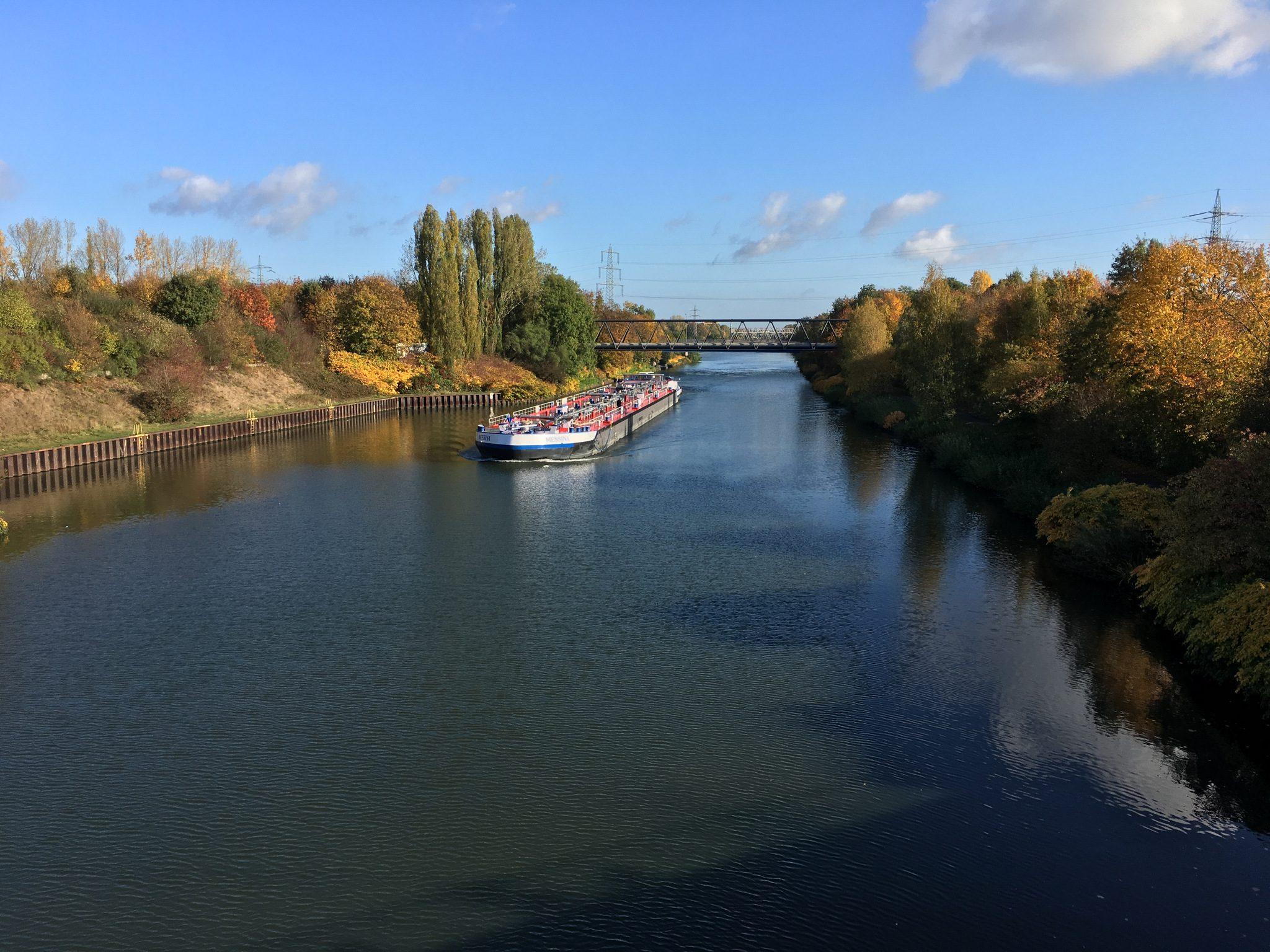 Rhein-Herne-Kanal, rechts...