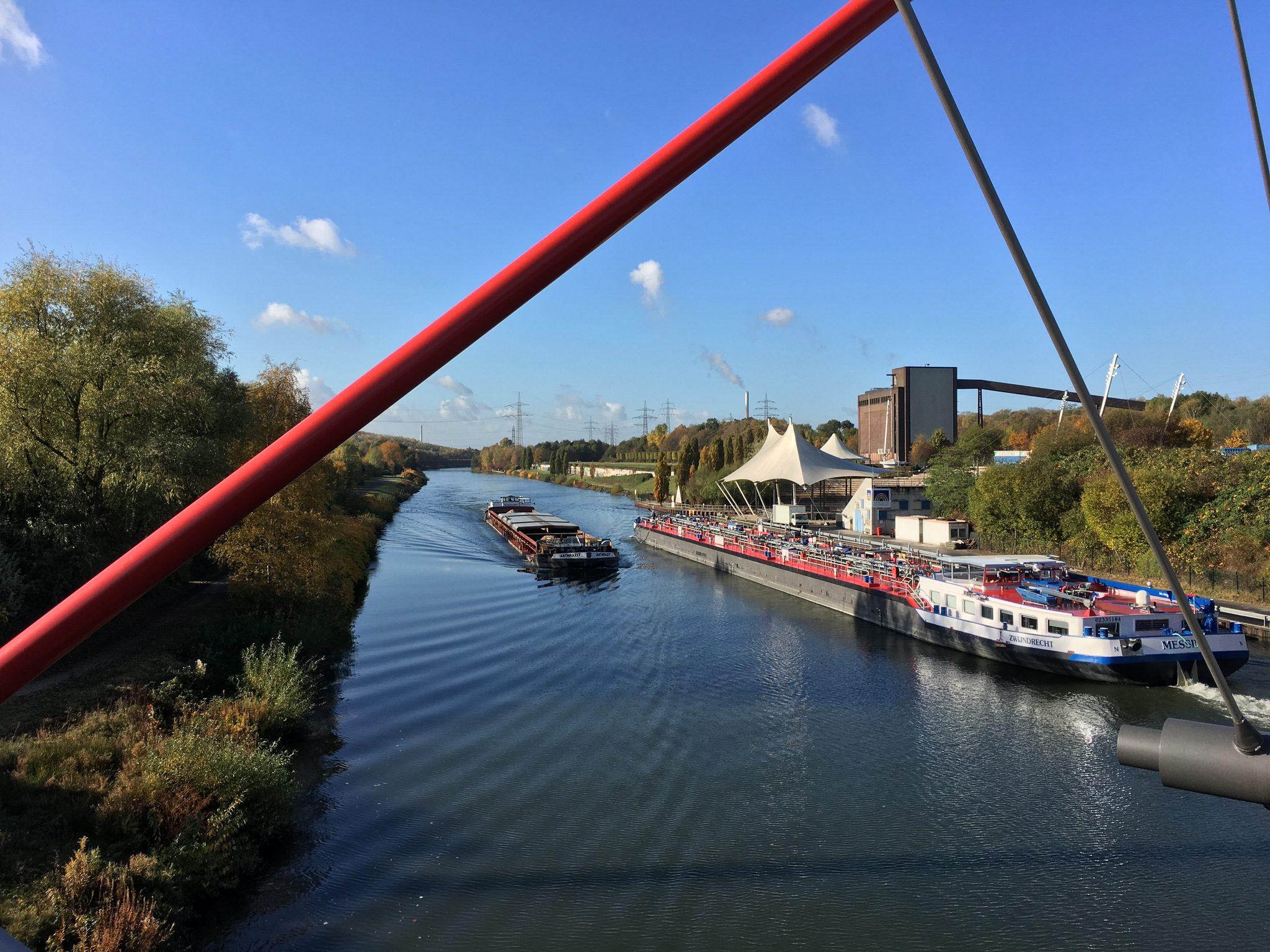 ...und links der Doppelbogenbrücke.