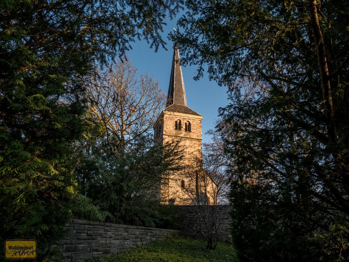 Blick vom Parkplatz auf die Dorfkirche Stiepel.