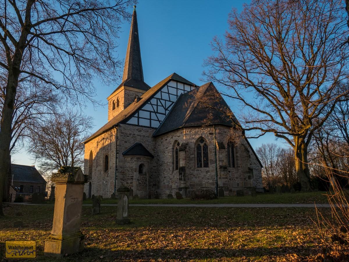 Einmal um die Dorfkirche Stiepel rum.