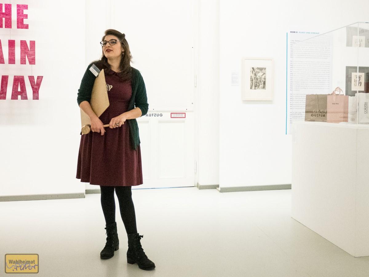 Linda führt uns durch die Ausstellung - und die Versteigerung!
