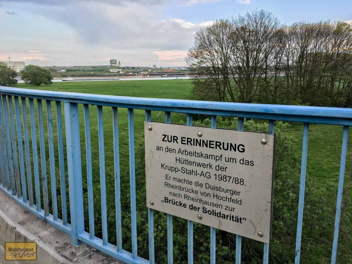 Die Brücke verbindet Duisburg-Hochfeld mit Rheinhausen. Eine Gedenktafel erinnert noch heute...
