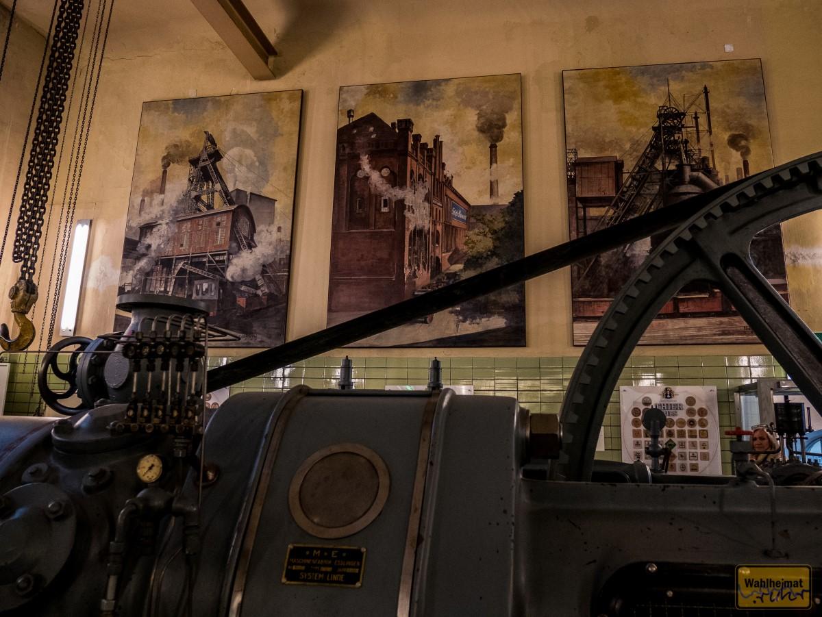 Bin sofort verliebt in die drei Gemälde über das historische Ruhrgebiet im Hintergrund.