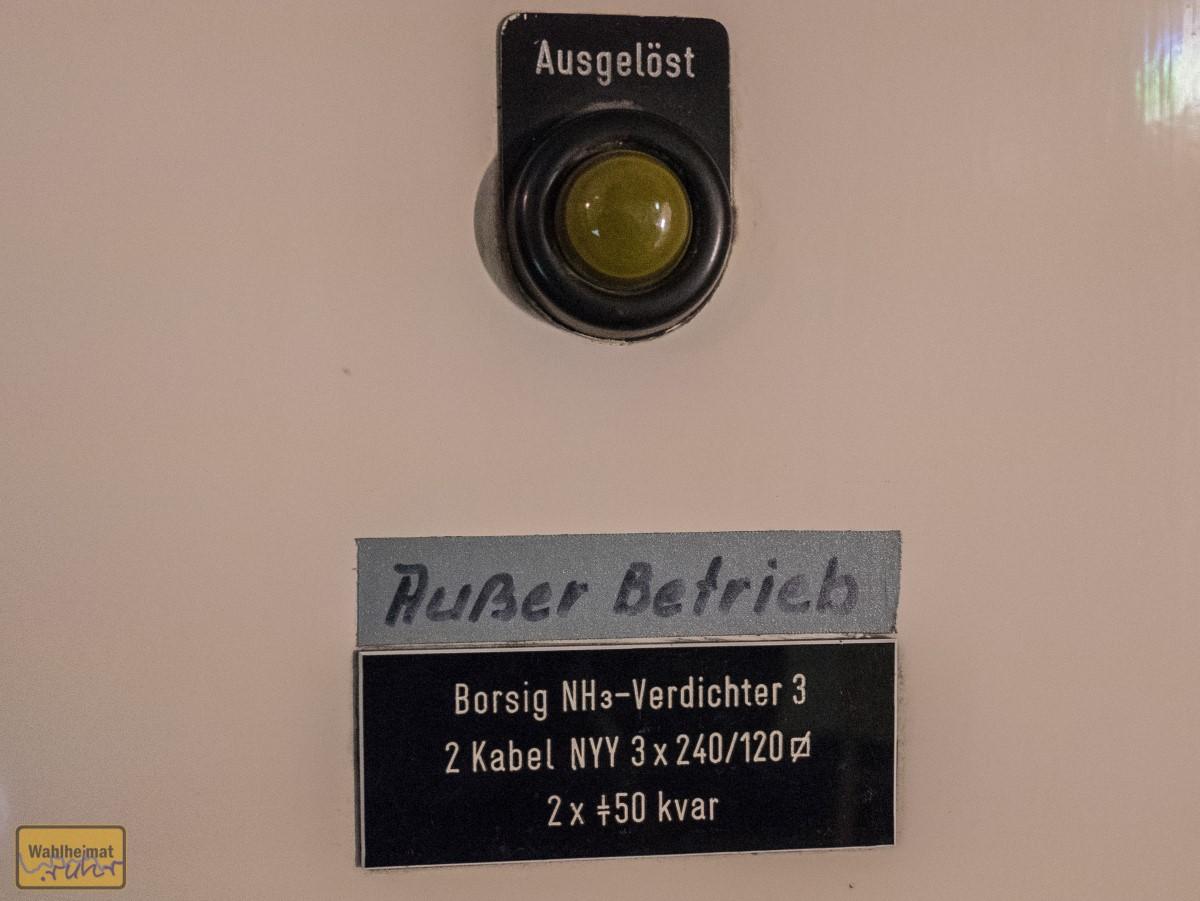 """""""Außer Betrieb"""". Schaltschränke an der Wand können auch von Geschichte zeugen."""