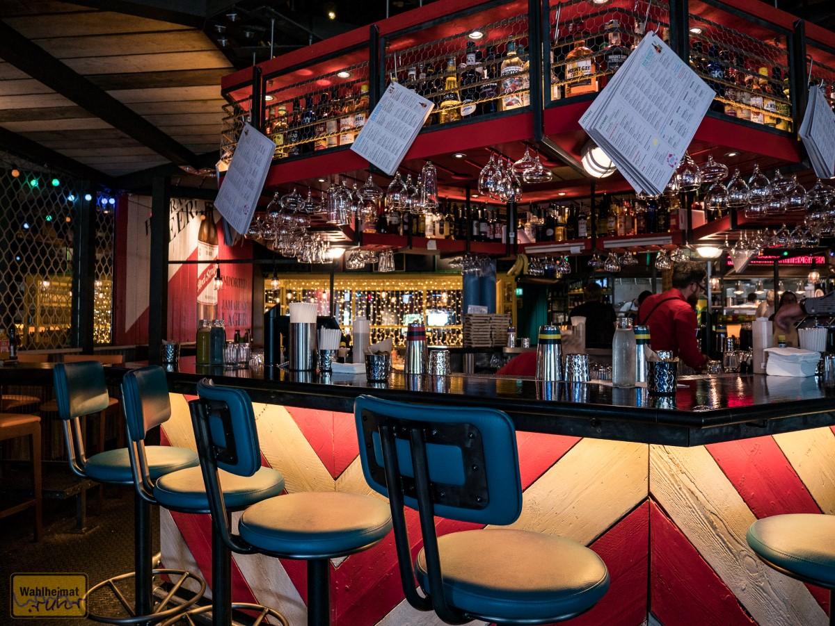 Sitzplätze gibt's zum Beispiel an der Bar...