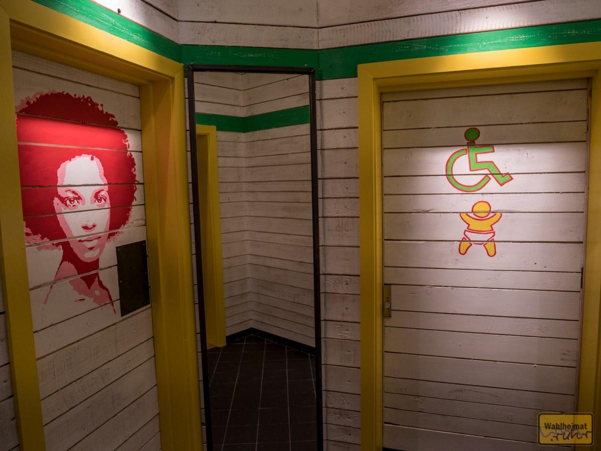 """Auch der Weg zum WC ist nett hergerichtet. Bewusst wurde auch """"schiefes"""" Design und Material eingesetzt, wechselnde Spaltmaße sind absolut akzeptiert."""