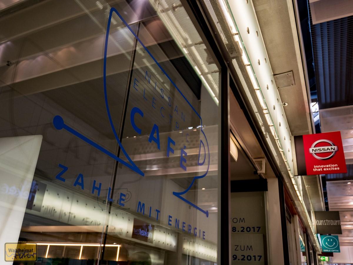 Von außen erkennt Ihr das Café unter anderem am Nissan-Logo.