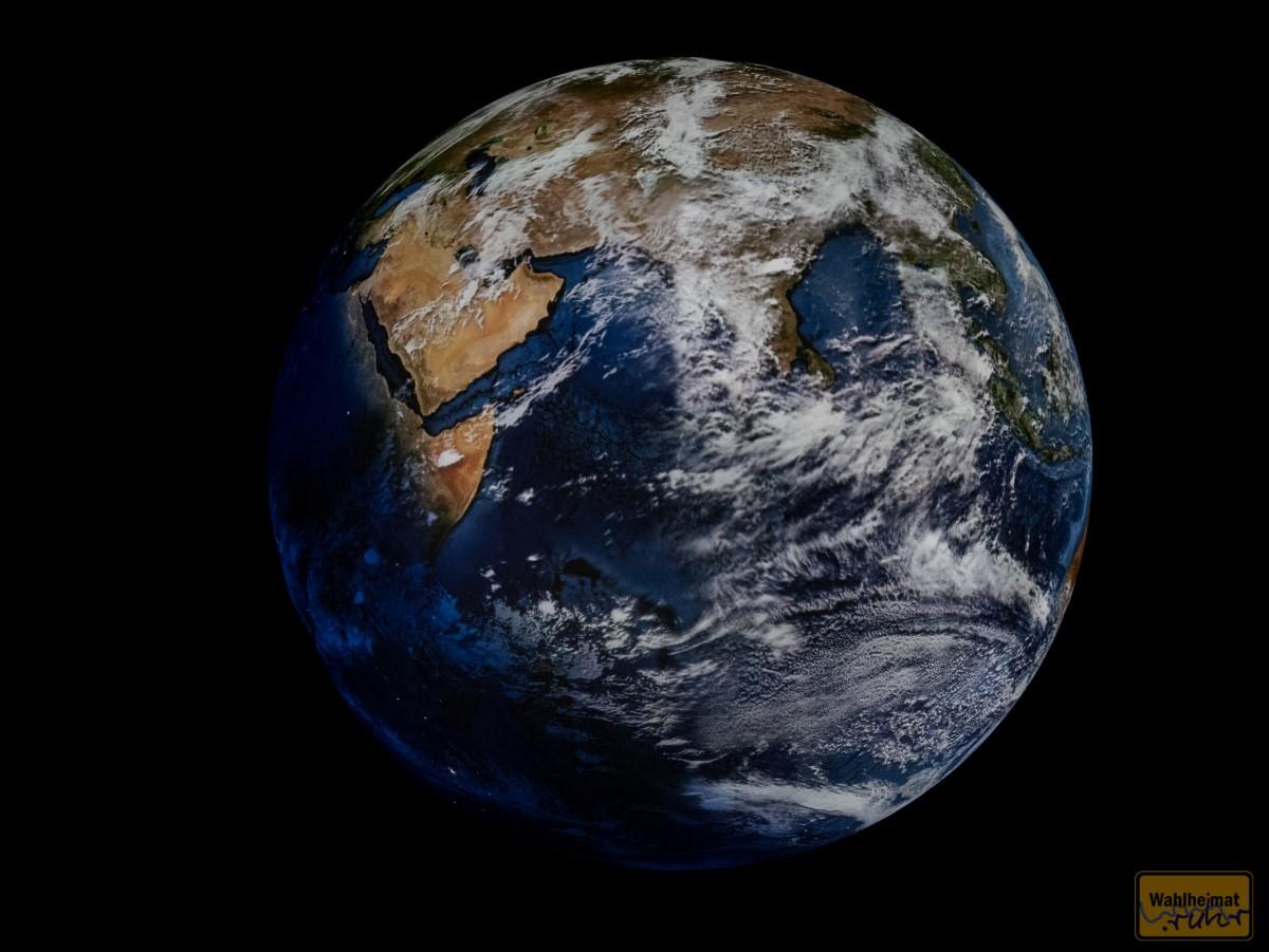 ...am Tag schwebt unsere Erde in ihrer ganzen Pracht vor einem.