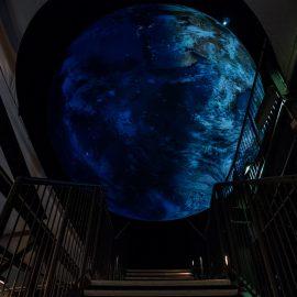 Einmal Astronaut sein: die riesige schwebende Erde im Gasometer Oberhausen