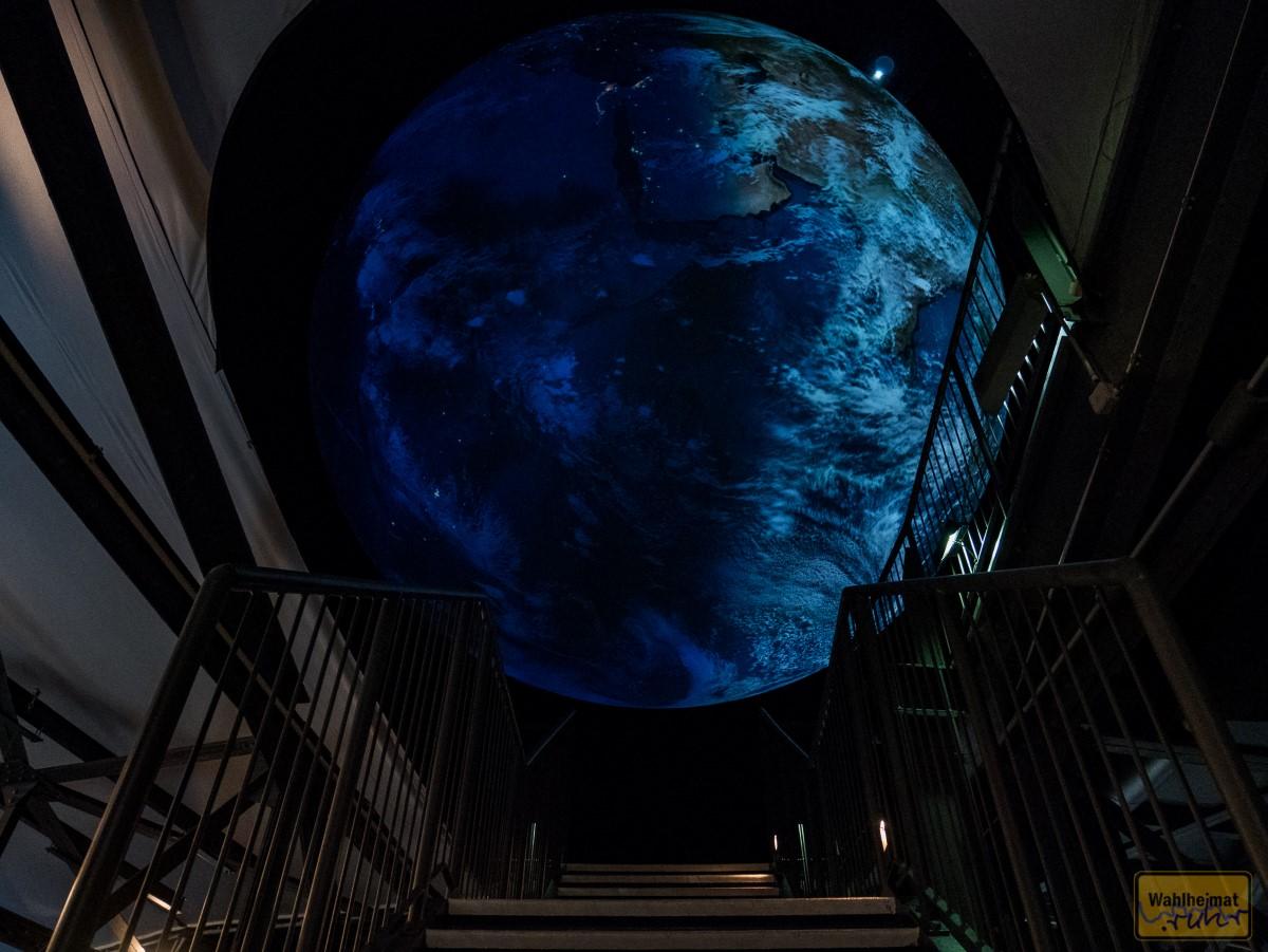 So beeindruckend: wenn man im Innenraum die Treppe hochkommt - und dann ist sie da - die Erde!