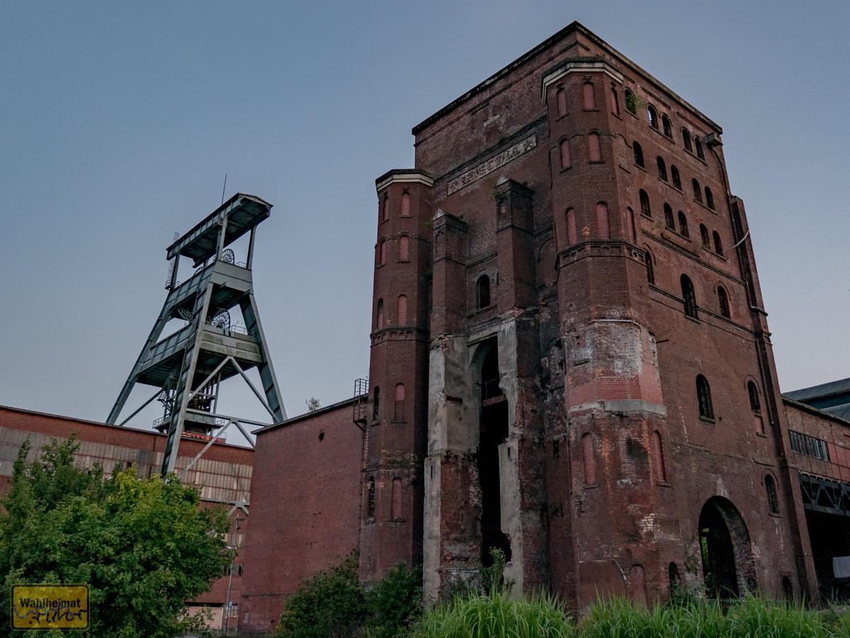 Das Schild von Zeche Ewald oben am Malakowturm konnten früher nur Kumpel sehen: die Straße wurde nach Fertigstellung des Schildes nämlich kurzerhand woanders hingebaut.
