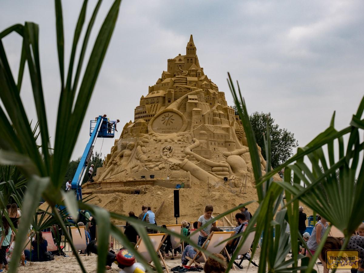 Hinter Palmen liegt sie da: die Sandburg.