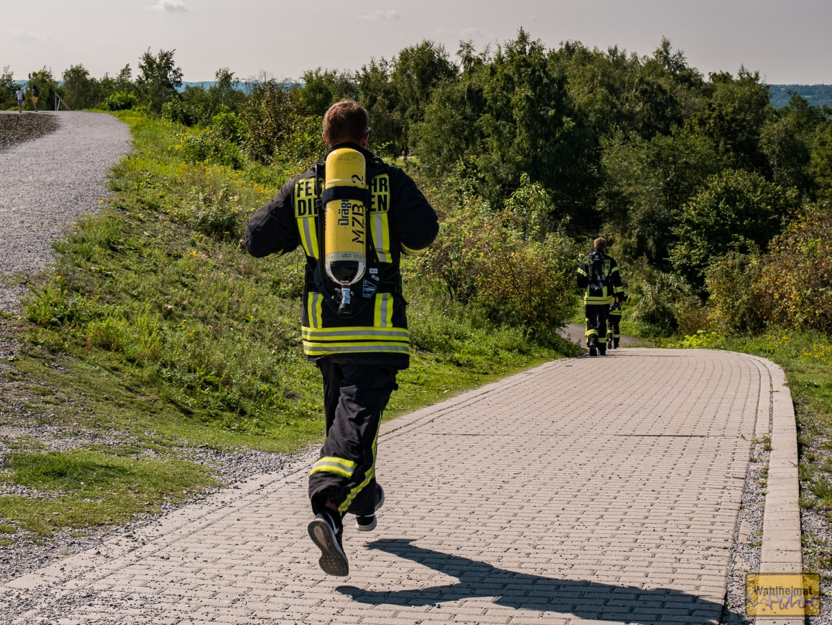 Wow! Hier sind grad drei Jungs von der Feuerwehr in voller Montur die Halde Beckstraße entlang gejoggt. 