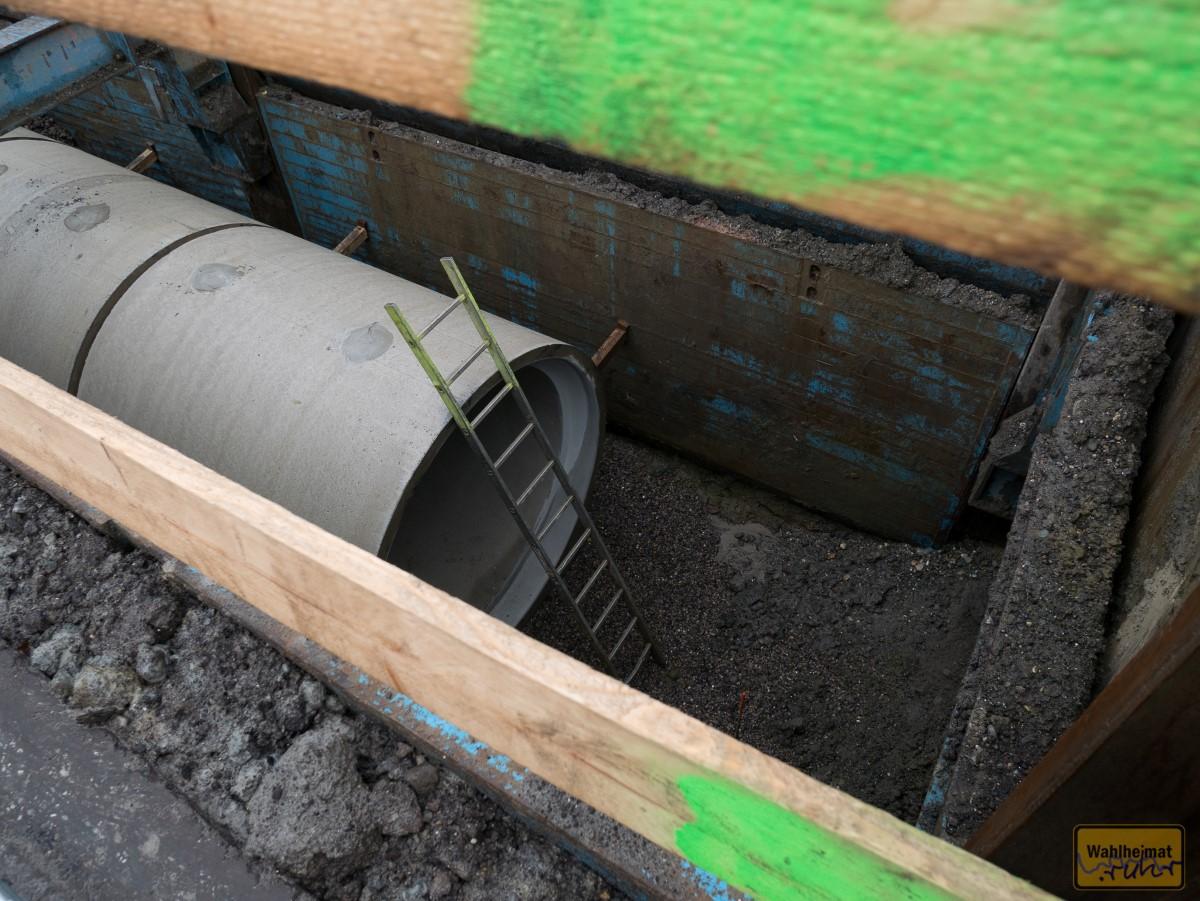 So wird's gemacht: Loch in die Straße gebuddelt, abgestützt, Röhre rein, aufgefüllt, fertig.