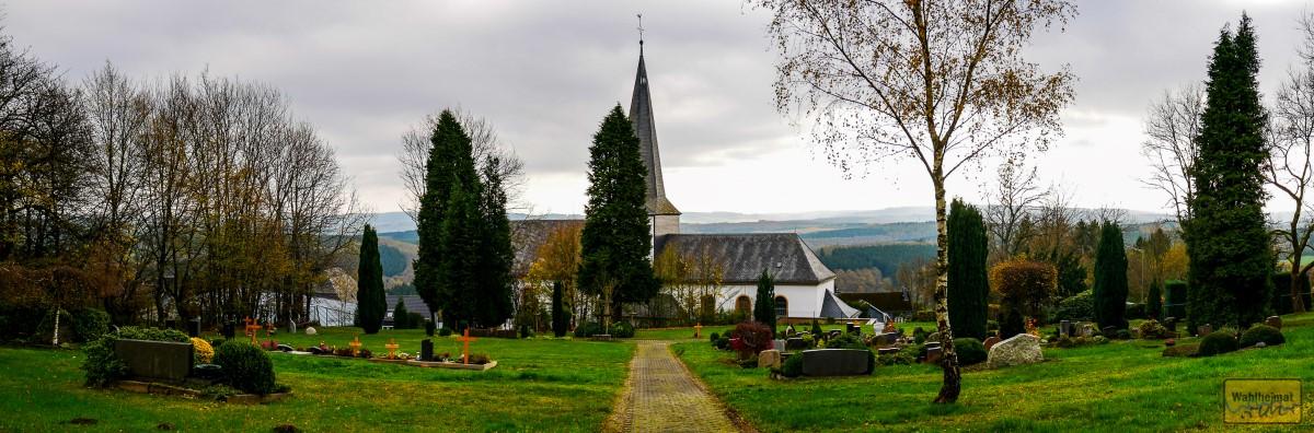 Simultankirche Rödgen mit Blick auf das Siegerland.