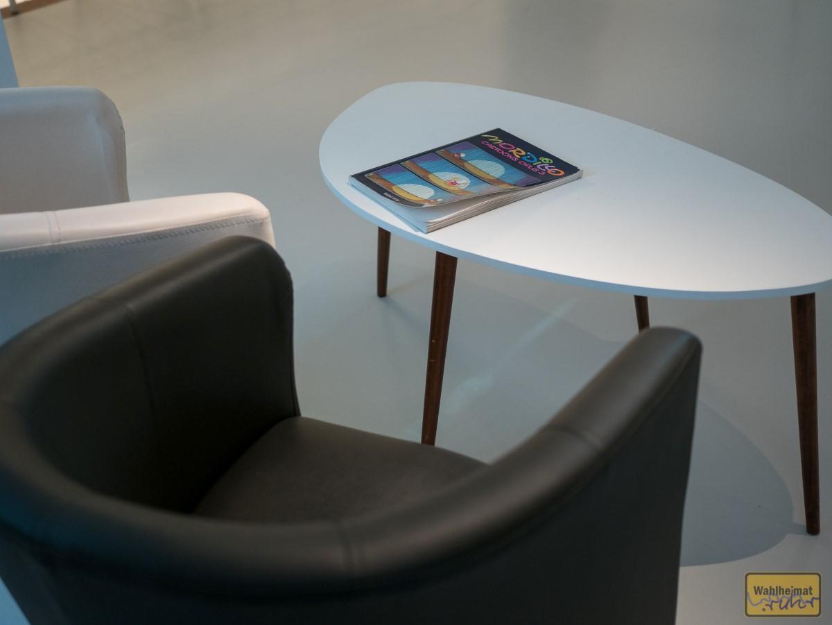 Immer wieder laden Sessel und Bänke zum Stöbern ein - ob im (tollen) Ausstellungskatalog oder dem einen oder anderen Mordillo-Heftchen.